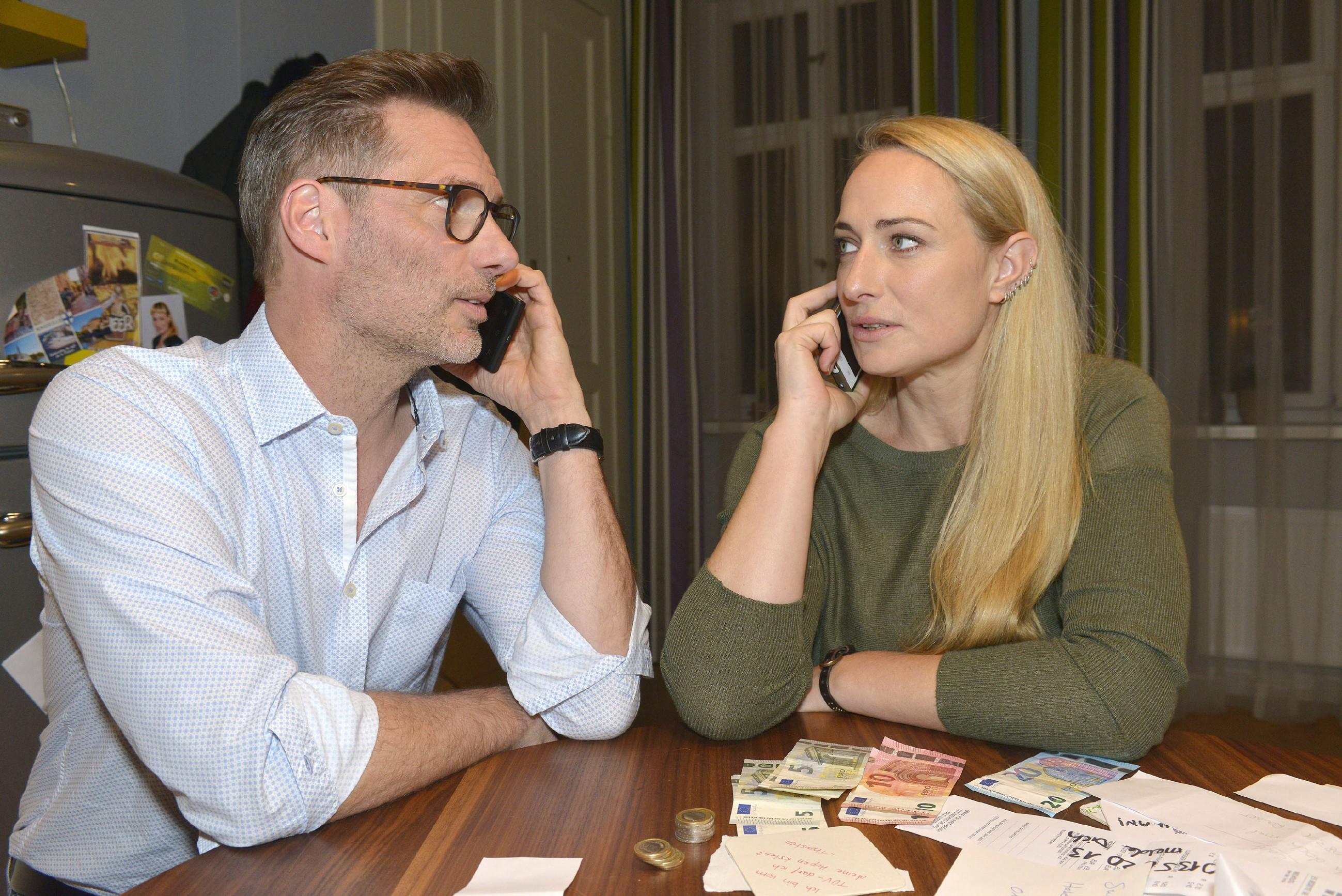Als Maren (Eva Mona Rodekirchen) mit ihrer unfreiwilligen Internetpräsenz plötzlich viel mehr Trinkgeld, Komplimente und Telefonnummern bekommt, findet sie an ihrer neuen Bekanntheit langsam Gefallen - im Gegensatz zu Alexander (Clemens Löhr)... (Quelle: RTL / Rolf Baumgartner)