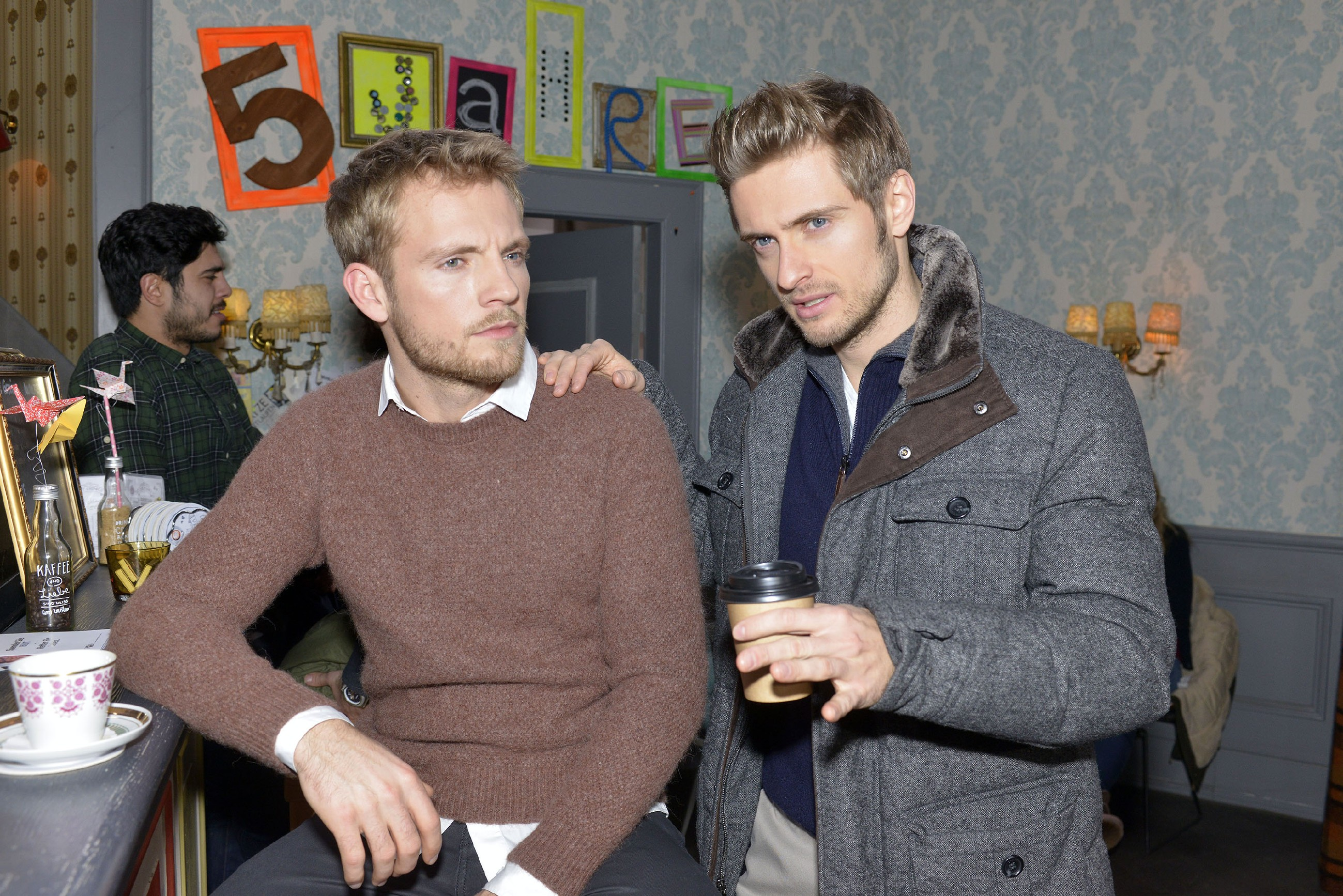 Philip (Jörn Schlönvoigt, r.) gibt Paul (Niklas Osterloh) Ratschläge für den Umgang mit Emily. (Quelle: RTL / Rolf Baumgartner)