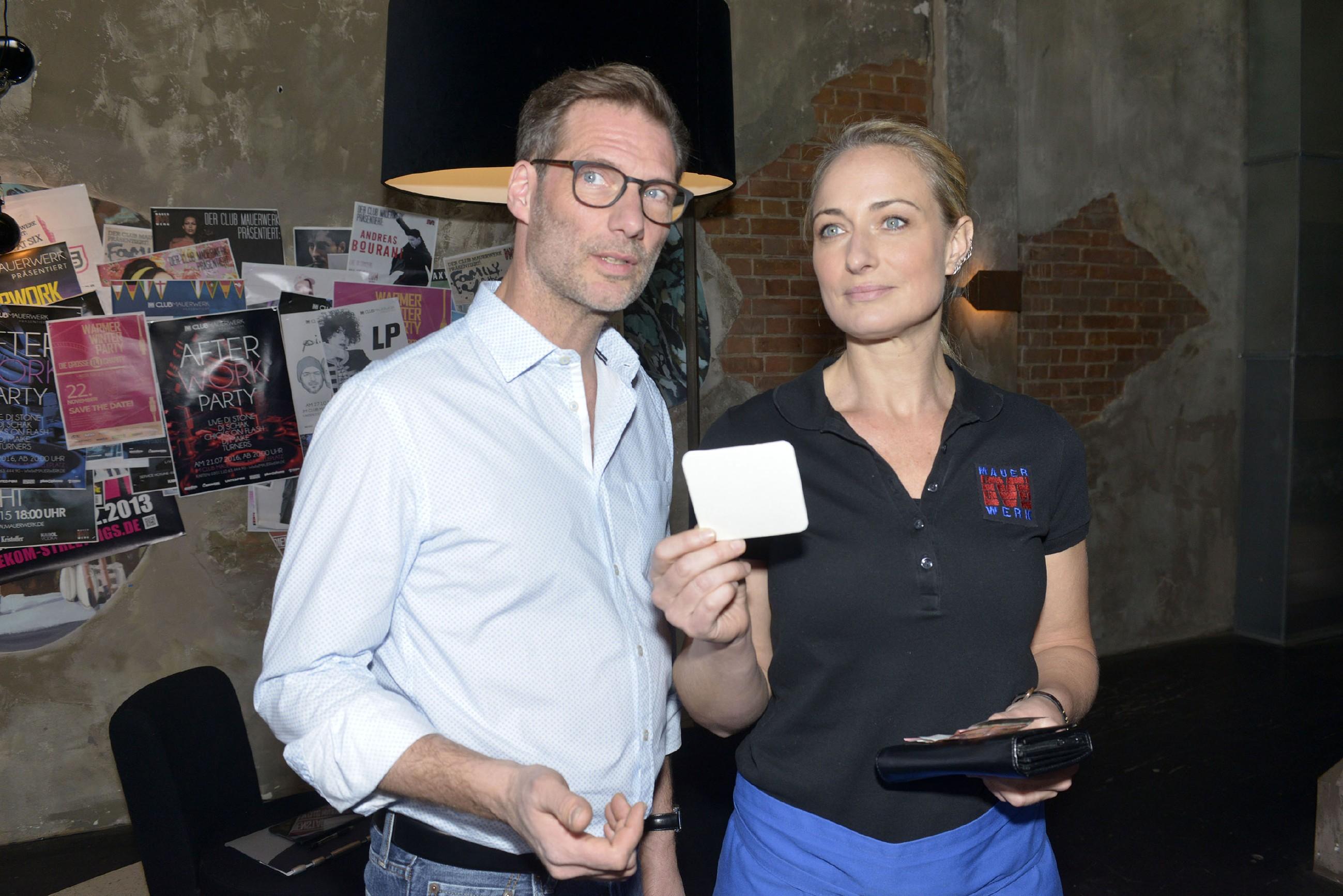 Als Maren (Eva Mona Rodekirchen) an ihrer neuen Bekanntheit langsam Gefallen findet, beginnt Alexander (Clemens Löhr) unwillkürlich eifersüchtig zu werden. (Quelle: RTL / Rolf Baumgartner)