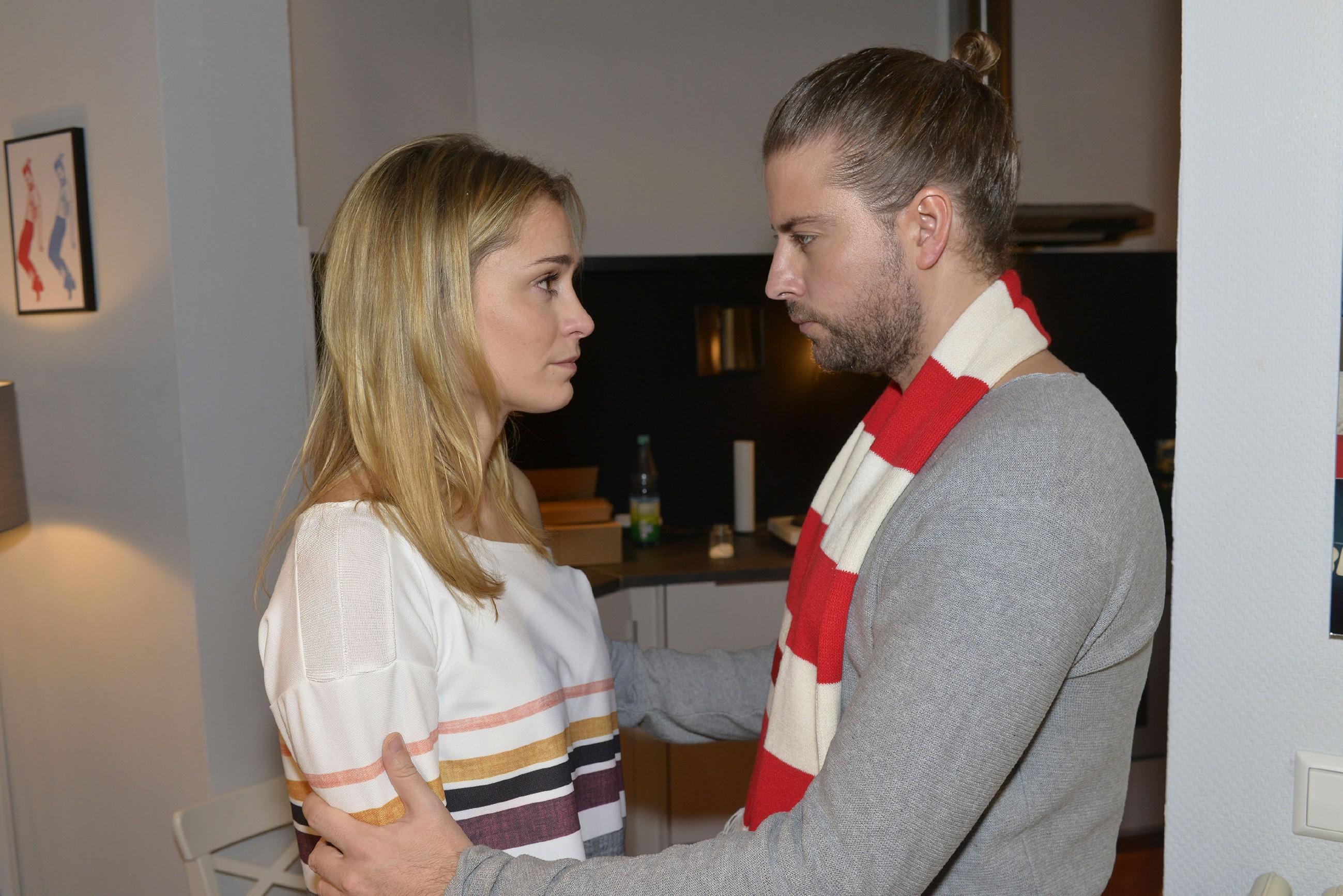 Sophie (Lea Marlen Woitack) hat Angst, Leon endgültig zu verlieren und sucht Rat und Beistand bei John (Felix von Jascheroff). (Quelle: RTL / Rolf Baumgartner)
