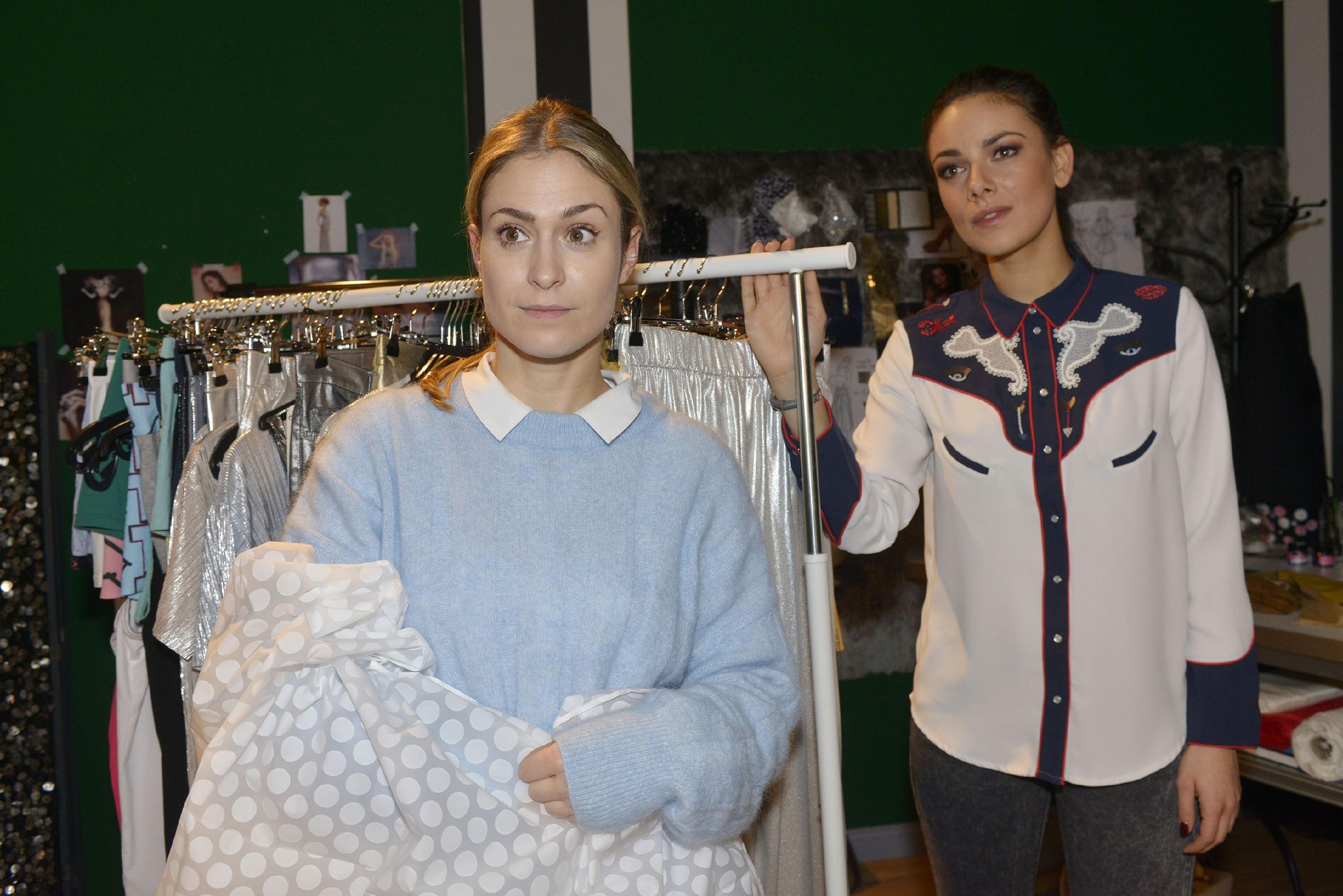 Jasmin (Janina Uhse, r.) freut sich für Sophie (Lea Marlen Woitack), als diese im Laden unverhofft Besuch von Leon bekommt. (Quelle: RTL / Rolf Baumgartner)