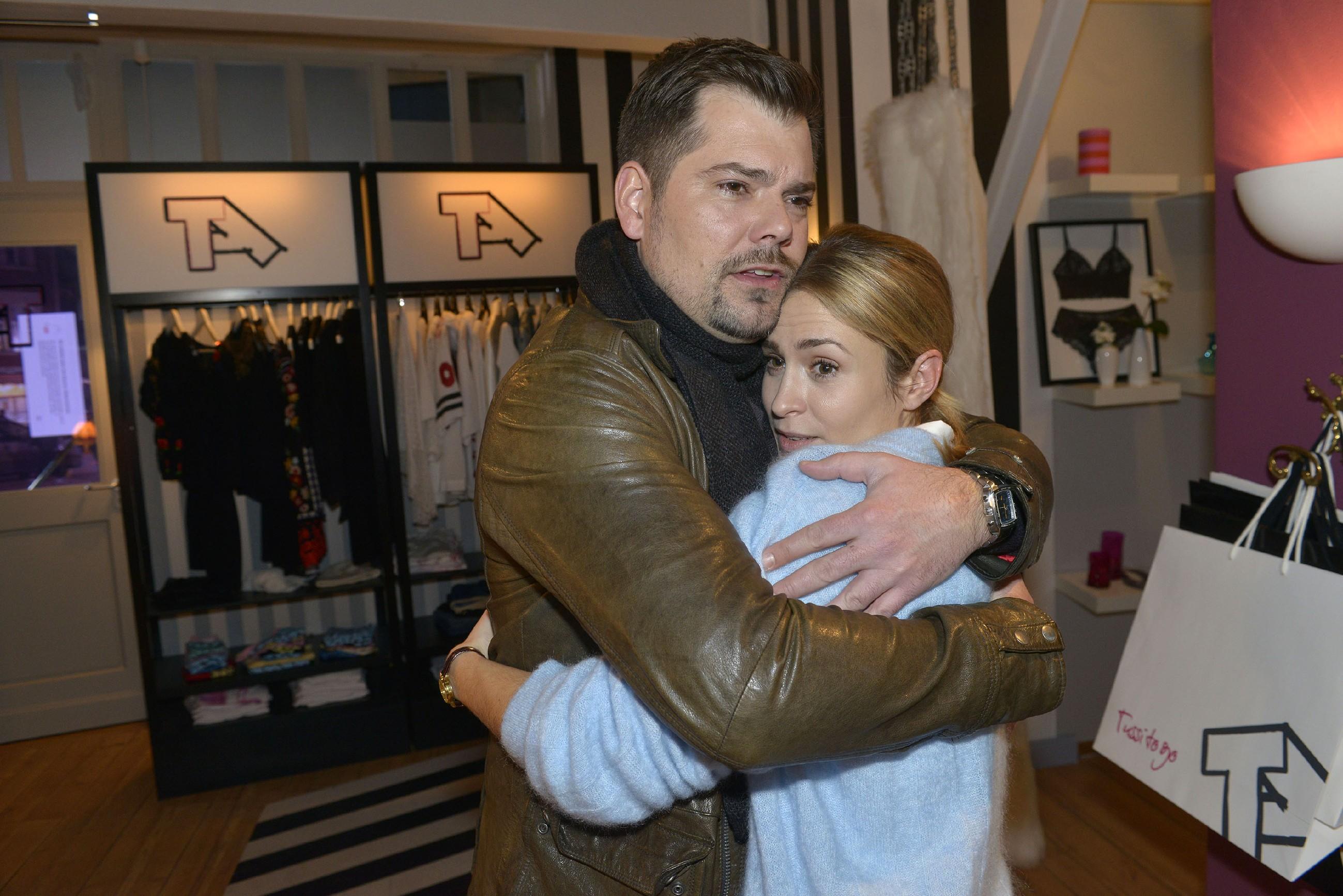 Sophie (Lea Marlen Woitack) ist überglücklich, als Leon (Daniel Fehlow) sie in die Arme schließt und sie bittet, nach Hause zu kommen. (Quelle: RTL / Rolf Baumgartner)
