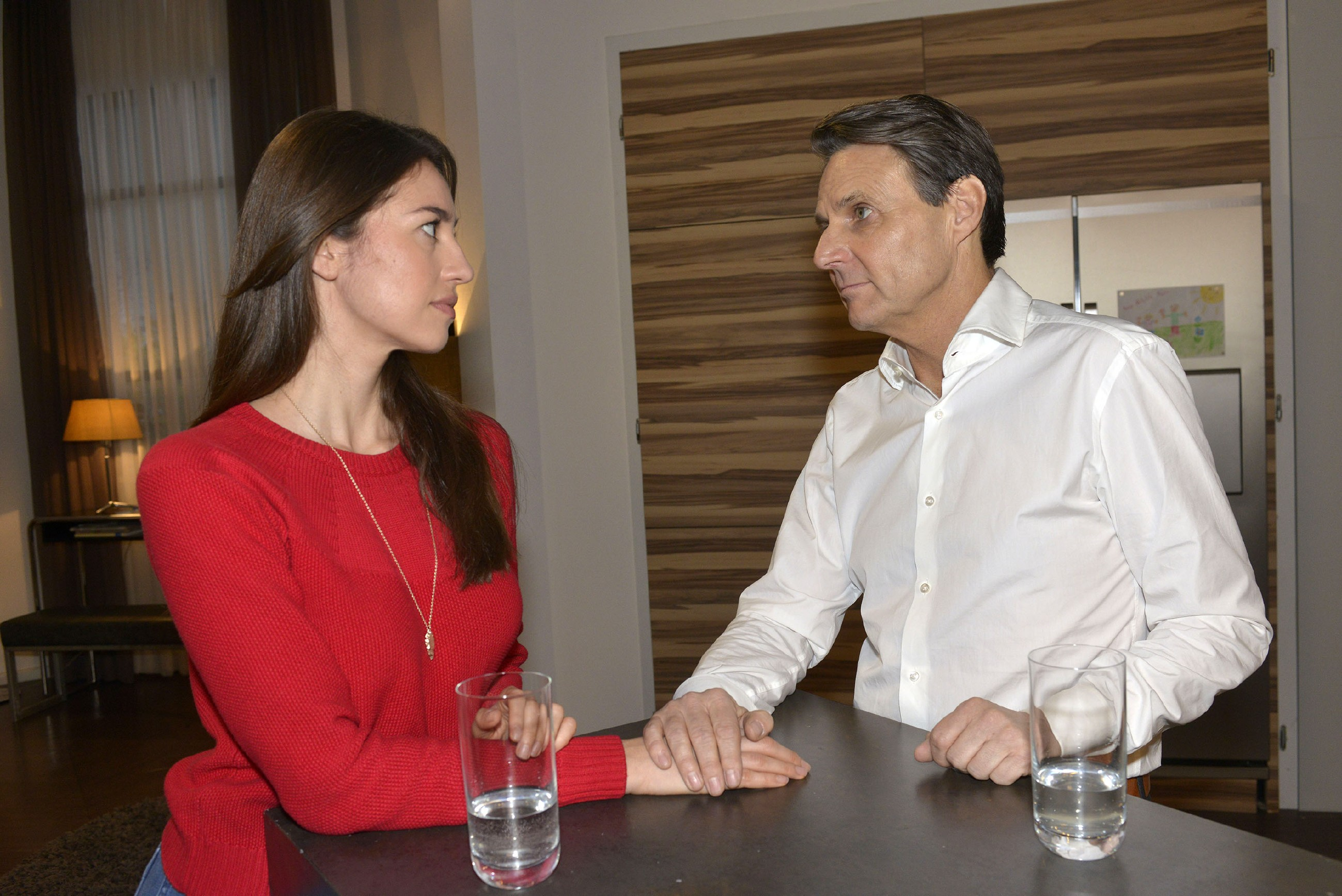 Als Gerner (Wolfgang Bahro) Elena (Elena Garcia Gerlach) seine Sorge um Katrin anvertraut, geht ihr unwillkürlich das Herz auf. (Quelle: RTL / Rolf Baumgartner)