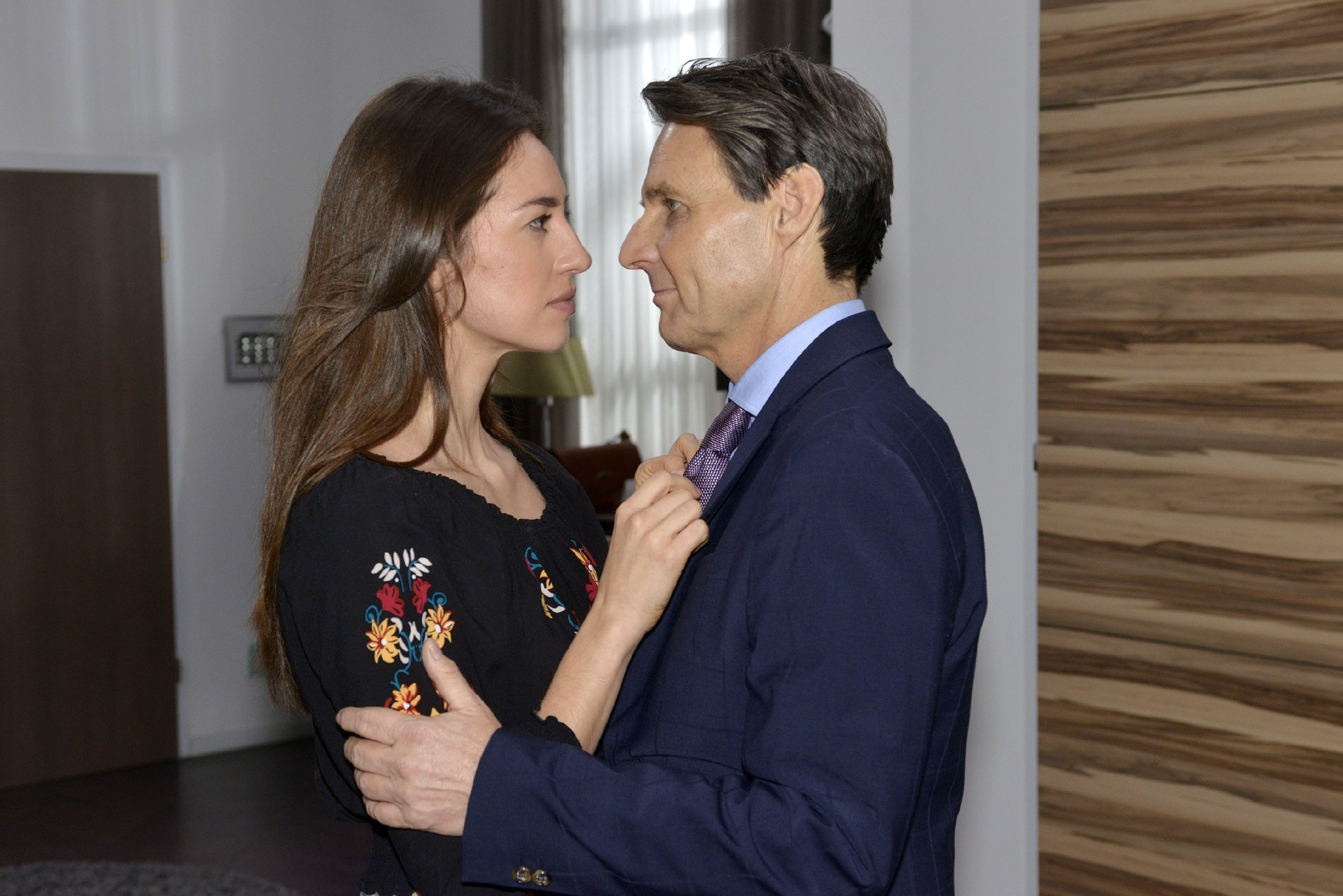 Elena (Elena Garcia Gerlach) kann sich ihrer Gefühle für Gerner (Wolfgang Bahro) nicht länger erwehren... (Quelle: RTL / Rolf Baumgartner)