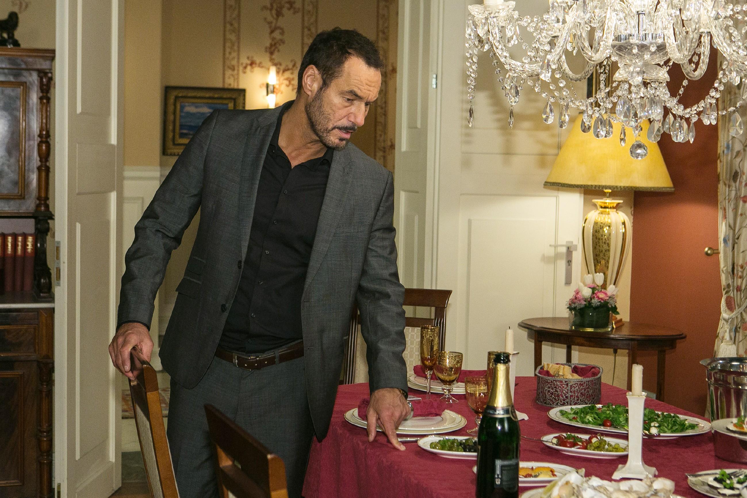 Als Richard (Silvan-Pierre Leirich) den liebevoll gedeckten Tisch entdeckt, begreift er unwohl, dass er ein Versöhnungsangebot von Simone verpasst hat. (Quelle: RTL / Kai Schulz)