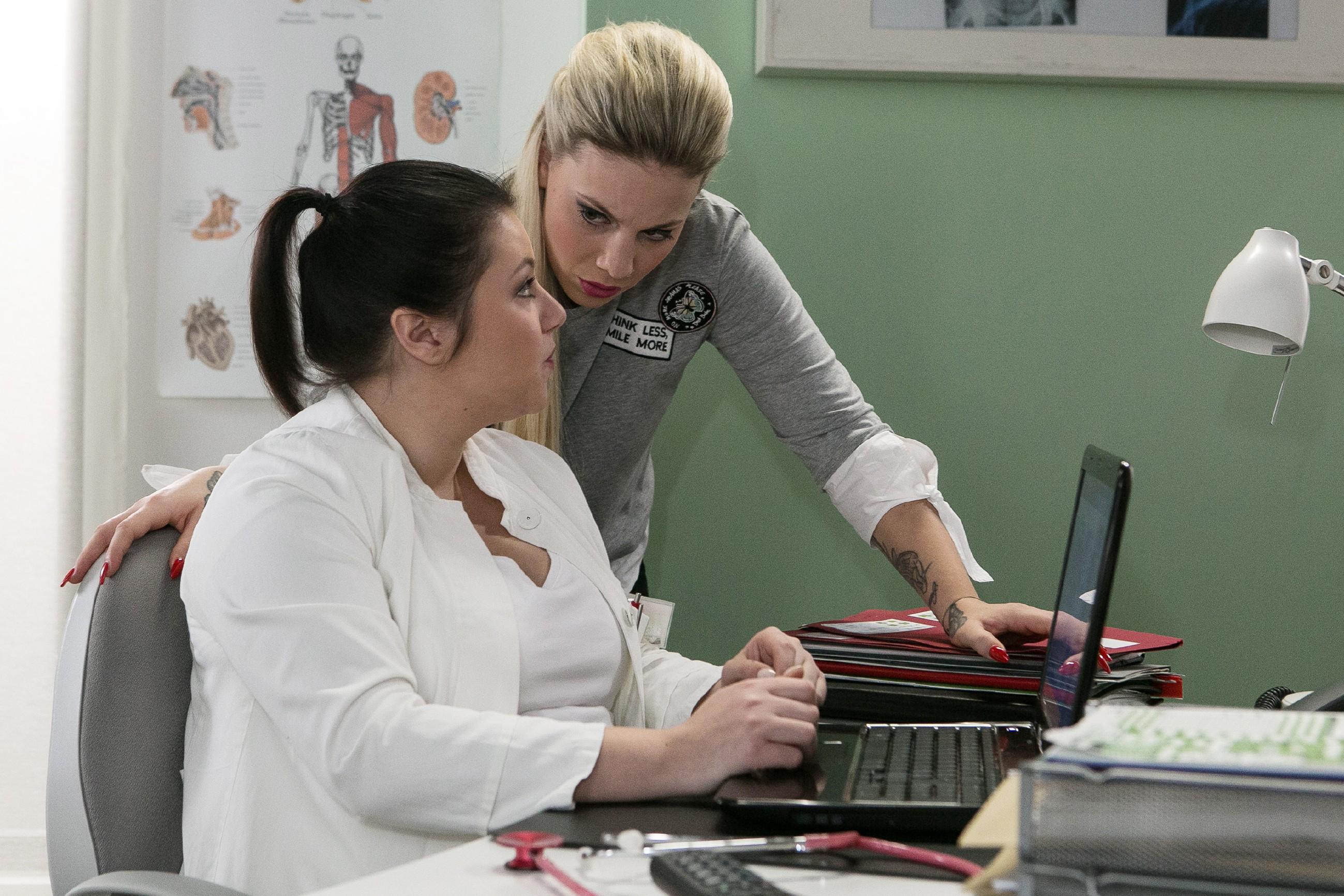 Iva (Christina Klein, r.) ist erleichtert, dass Vanessa (Julia Augustin) und Christoph und nicht sauer sind. (Quelle: RTL / Kai Schulz)