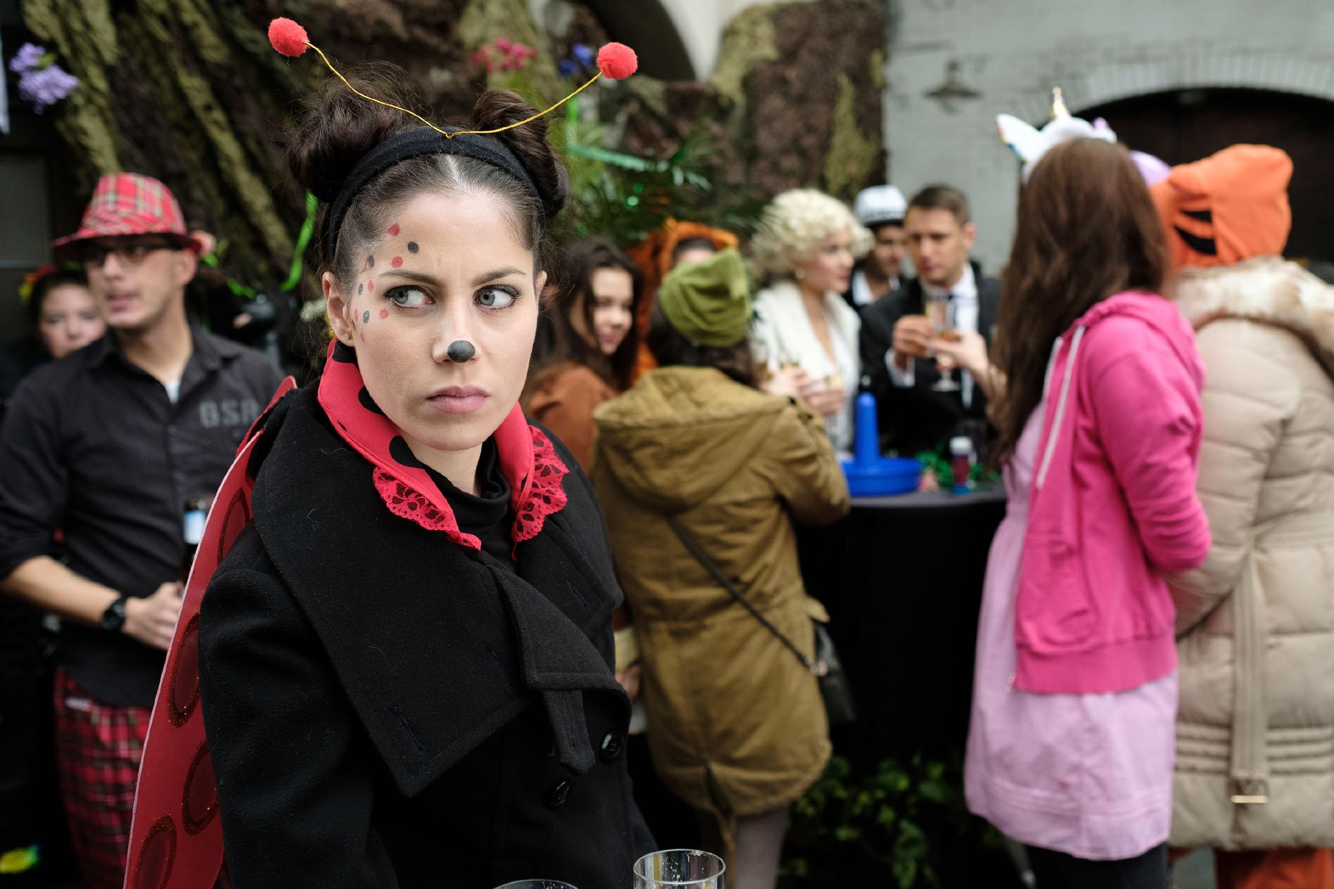 Sina (Valea Katharina Scalabrino) versucht ihre aufkeimende Eifersucht bezüglich Lukas zu unterdrücken. (Quelle: RTL / Stefan Behrens)
