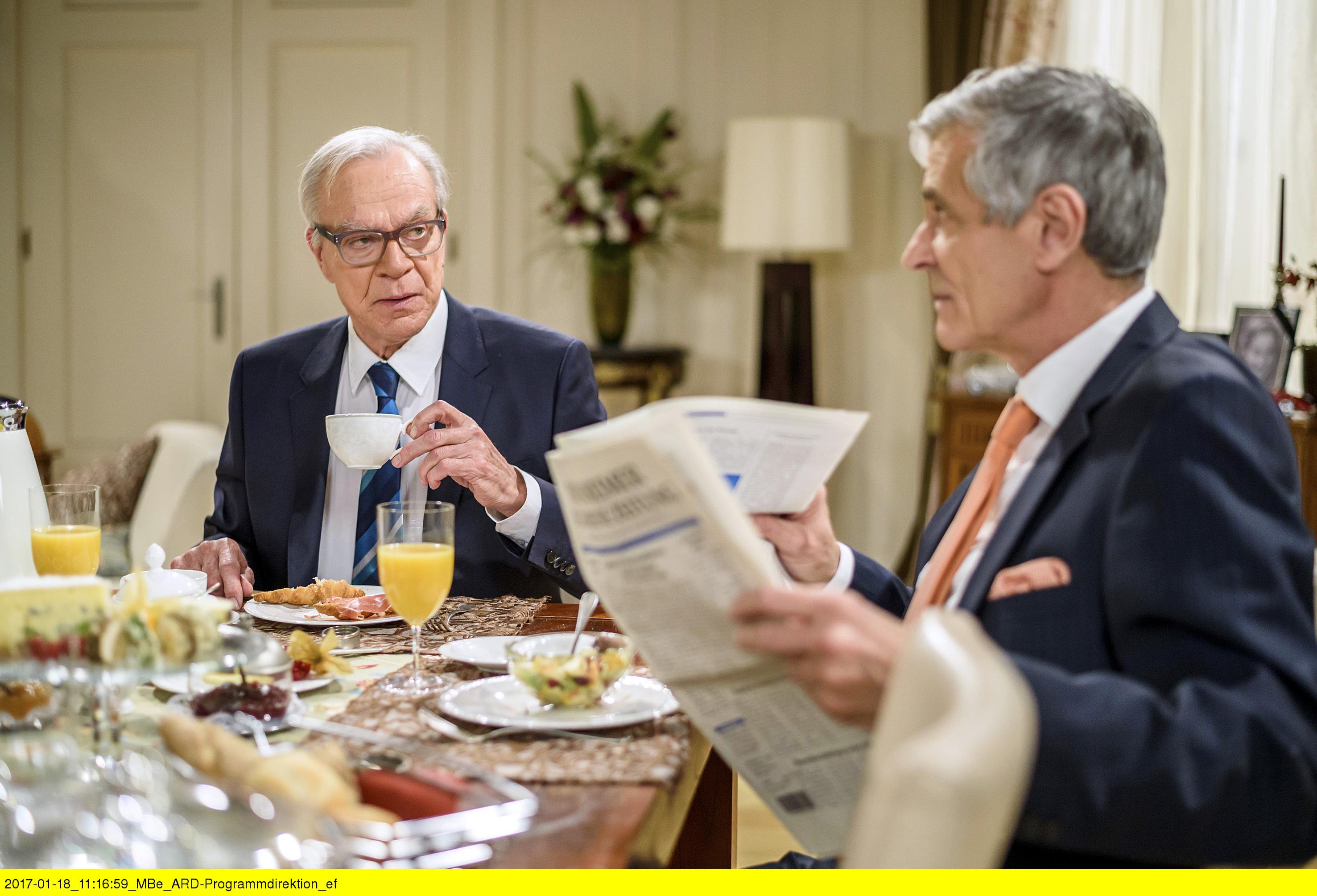 ARD STURM DER LIEBE FOLGE 2640, am Donnerstag (02.03.17) um 15:10 Uhr im ERSTEN. Werner (Dirk Galuba, l.) wartet darauf, dass Friedrich (Dietrich Adam, r.) den Kaffee mit dem Schlafmittel trinkt. (Quelle: ARD/Christof Arnold)
