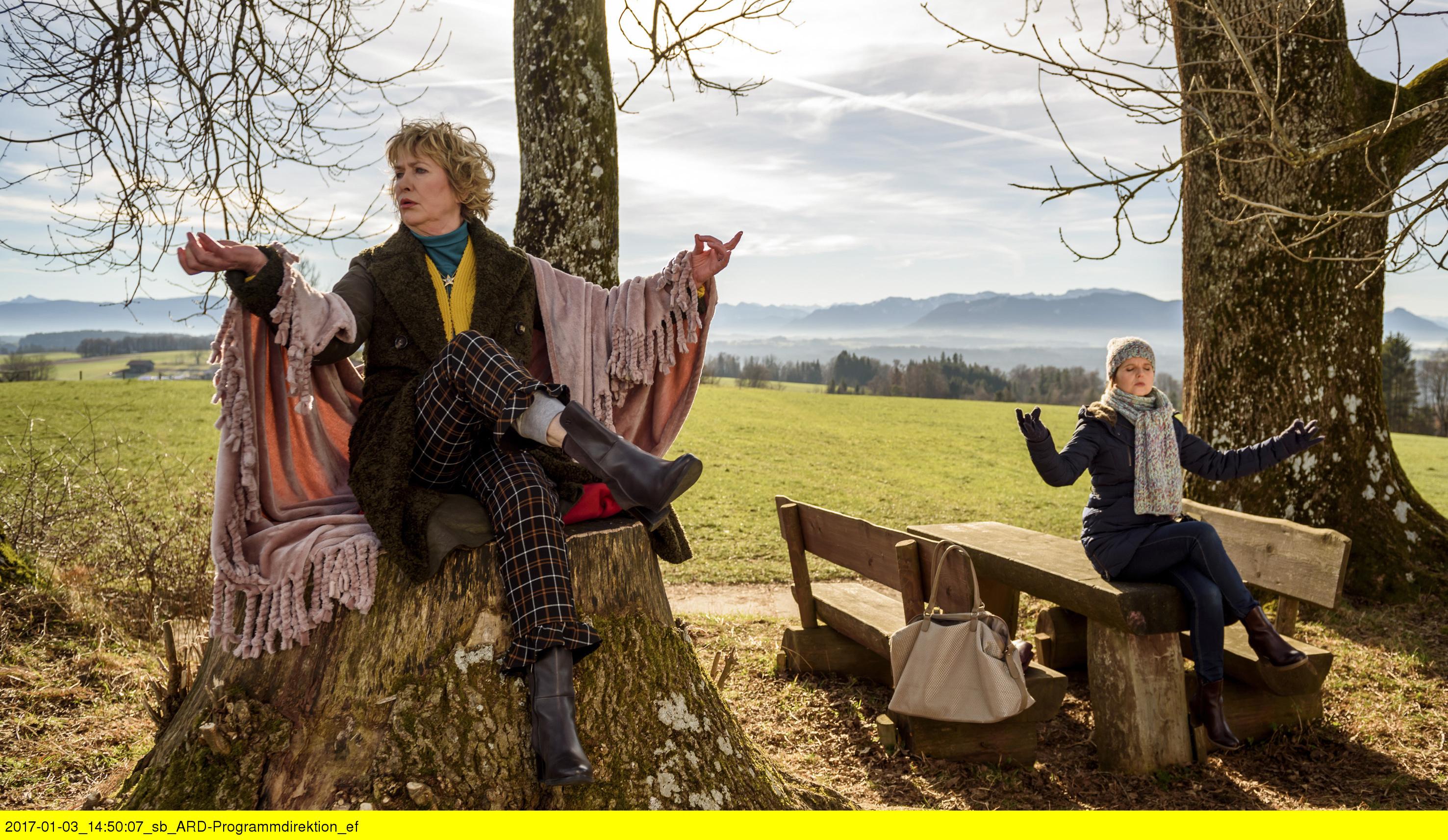 """ARD STURM DER LIEBE FOLGE 2638, am Freitag (24.02.17) um 15:10 Uhr im ERSTEN. Melli (Bojana Golenac, r.) und Gerti (Beatrice Richter, l.) machen eine """"Seelenreise"""". (Quelle: ARD/Christof Arnold)"""