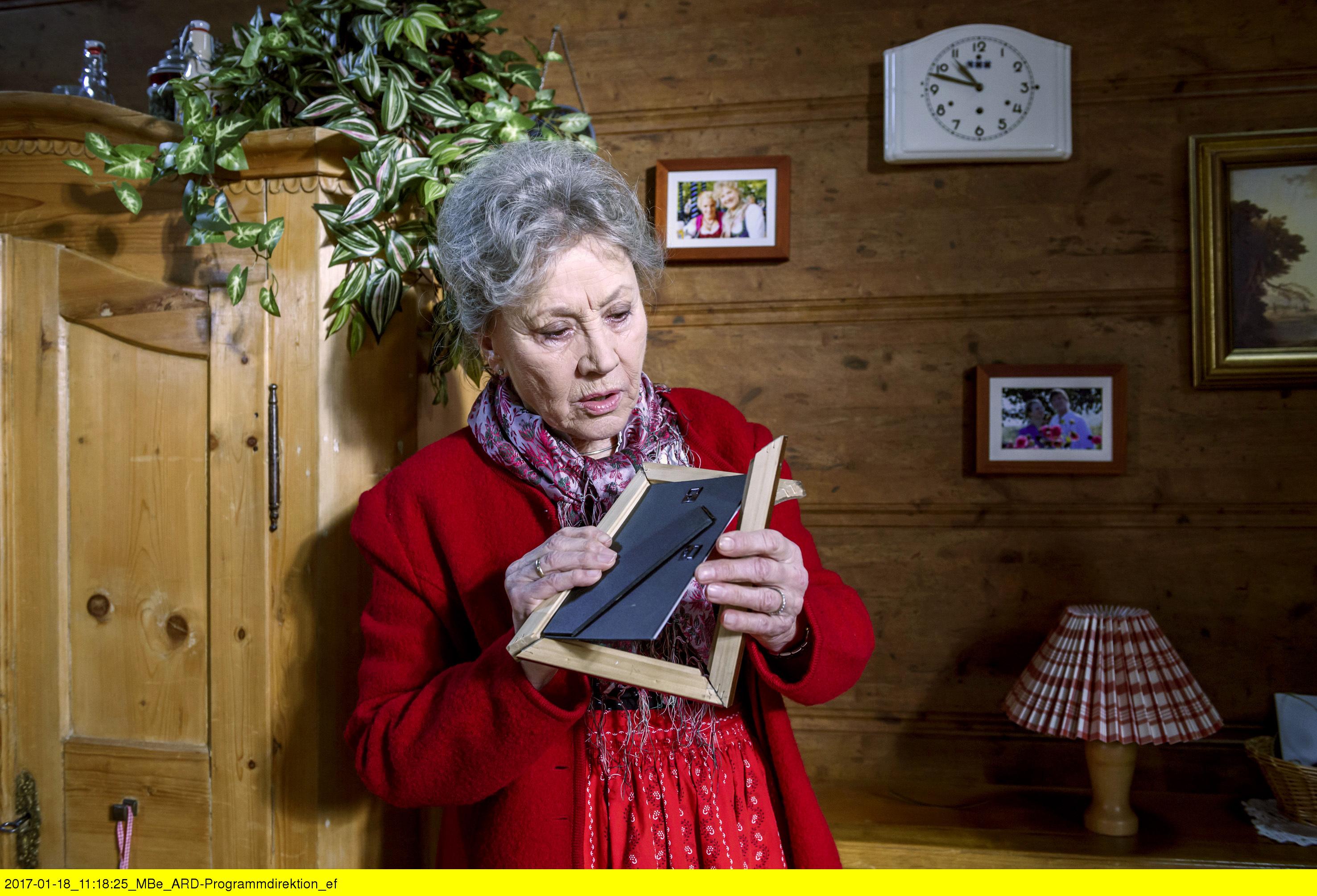 ARD STURM DER LIEBE FOLGE 2642, am Dienstag (07.03.17) um 15:10 Uhr im ERSTEN. Hildegard (Antje Hagen) entdeckt den zerbrochenen Taufteller von Marie. (Quelle: ARD/Christof Arnold)
