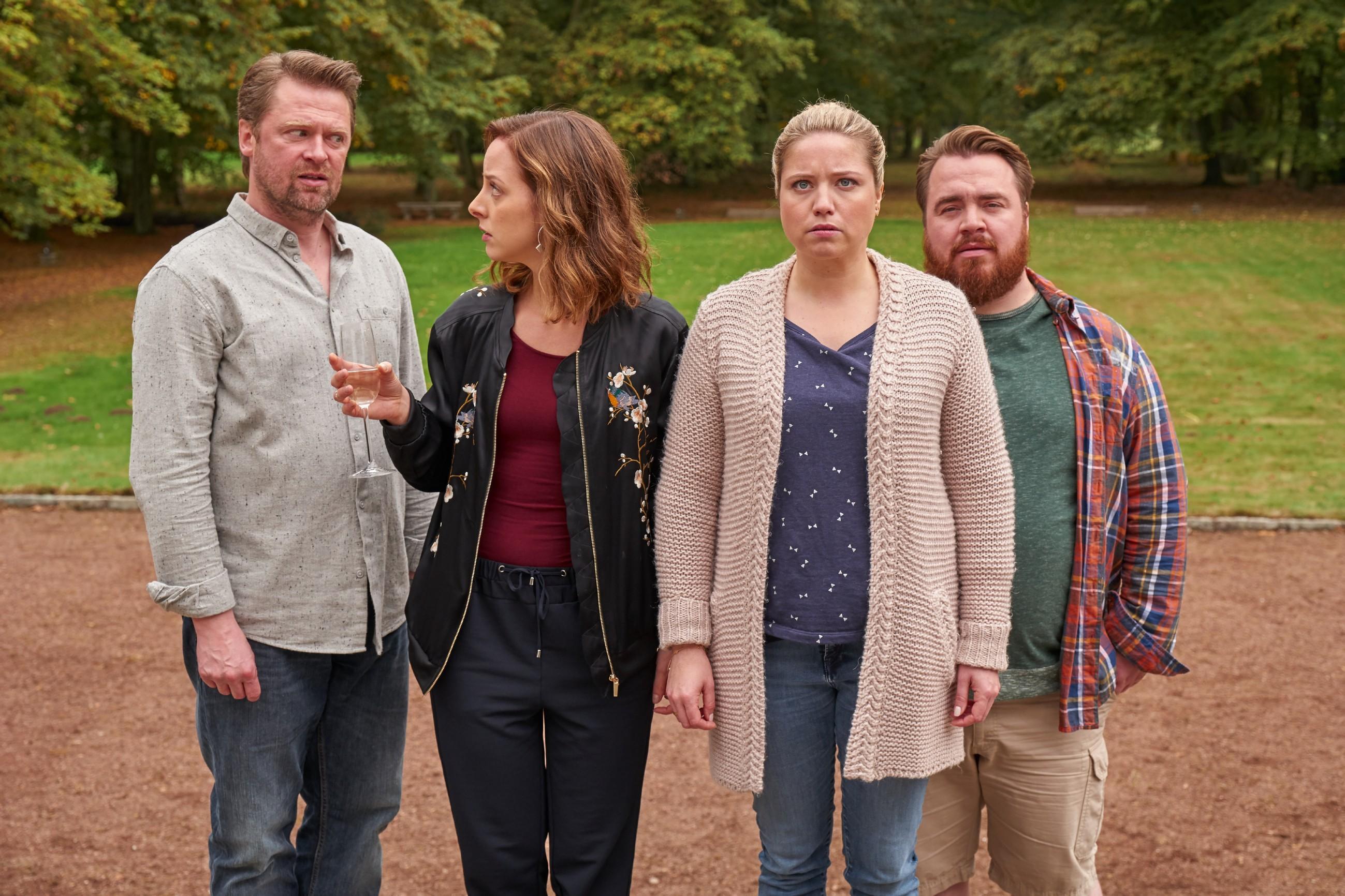 V.l.: Rasmus (Mathias Harrebye Brandt), Nina (Amelie Plaas-Link), Dagmar (Caroline Frier) und Oliver (Tristan Seith) sind entsetzt, als Helmut ihnen eine fiese Vertragsklausel präsentiert.