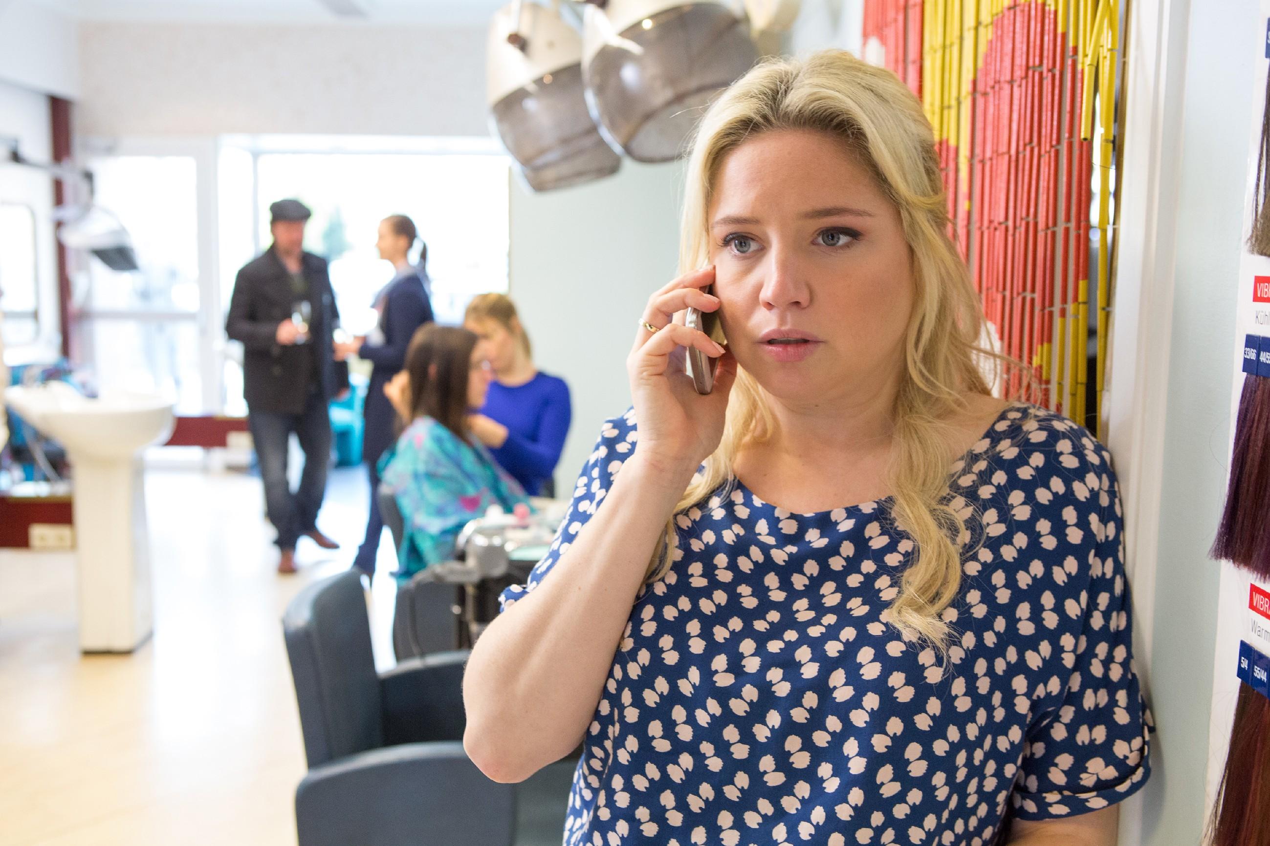 Dagmar (Caroline Maria Frier) telefoniert mit dem Villenbesitzer Helmut, um noch einmal das Haus zu sehen.
