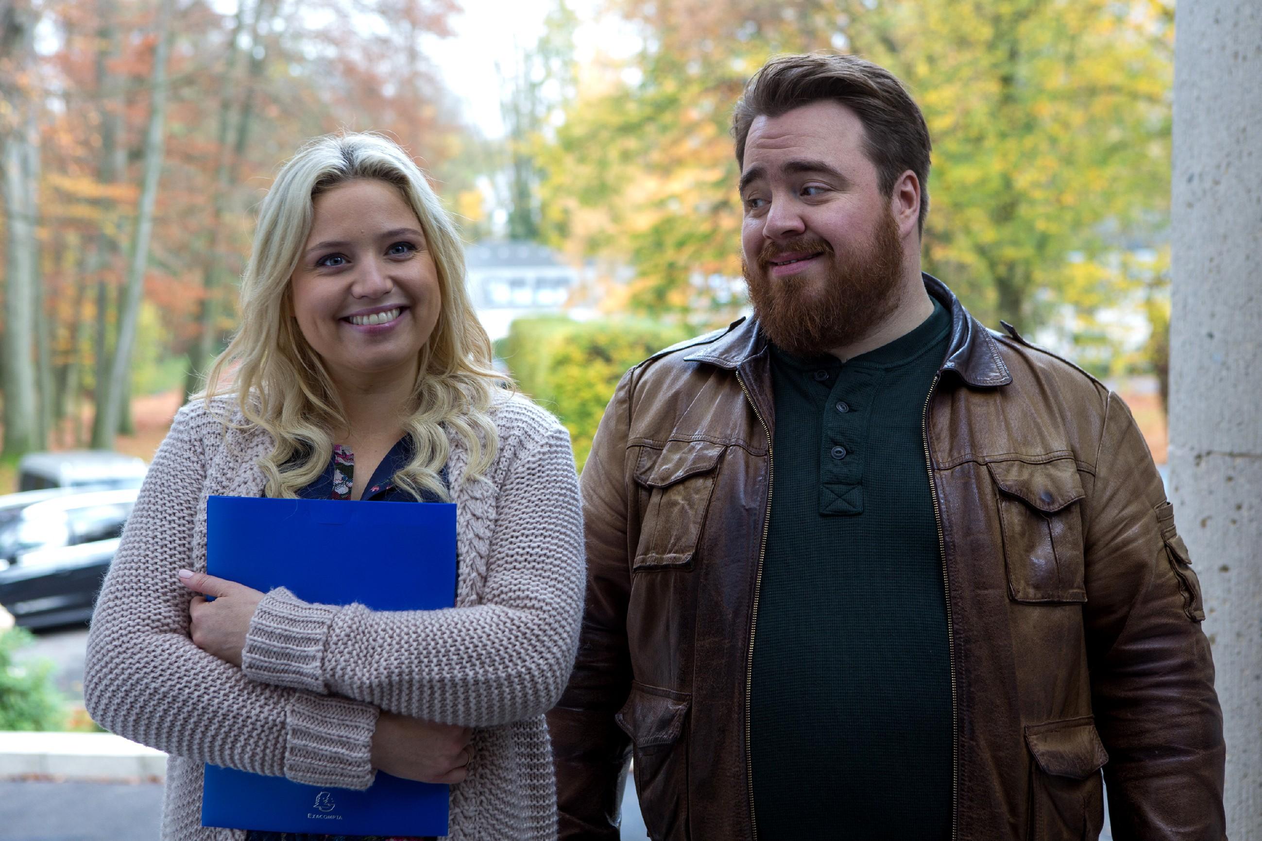 Dagmar (Caroline Maria Frier) und Oliver (Tristan Seith) sind bereit für die Villenbesichtigung.