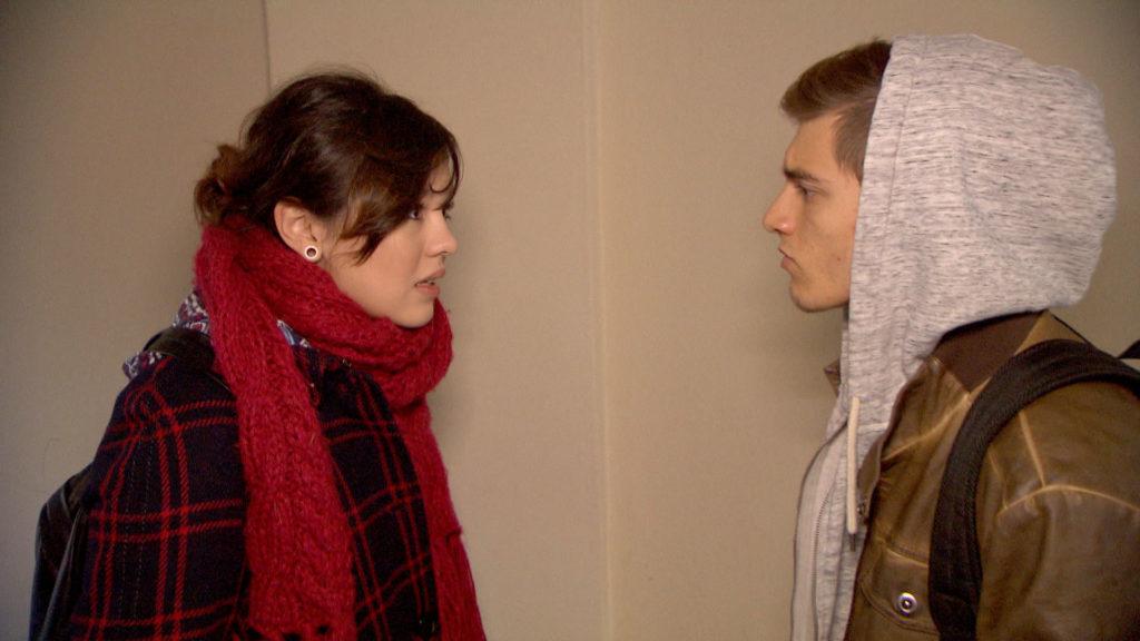 Als Malte bei Aylin einen Knutschfleck entdeckt und rausfinden möchte, wer der Neue ist, packt Aylin die Panik.