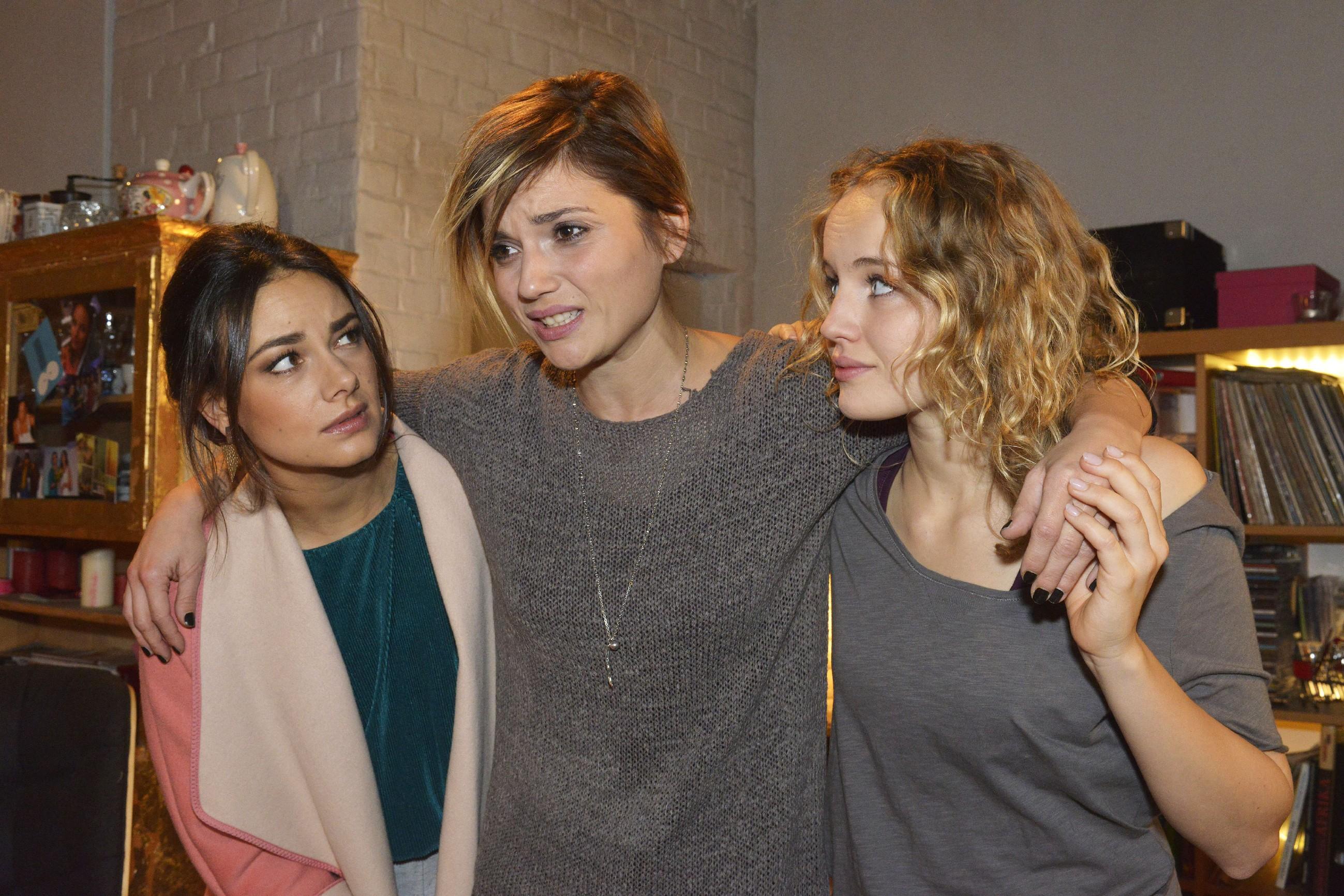 Jasmin (Janina Uhse, l.) und Jule (Luise von Finckh, r.) helfen der von Rückenschmerzen geplagten Anni (Linda Marlen Runge).