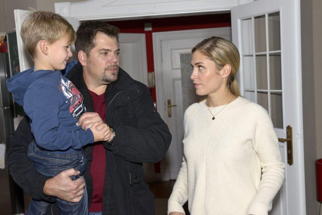 Leon (Daniel Fehlow) will mit Sophie (Lea Marlen Woitack) und Oskar einen Familienabend verbringen.
