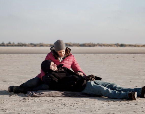 Katrin (Ulrike Frank) ist entsetzt, als Tills (Merlin Leonhardt) Krankheit wieder erbarmungslos zuschlägt...