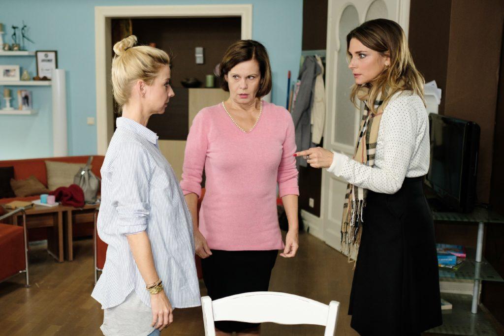 Evas (Claudelle Deckert, r.) Ausspracheversuch endet damit, dass sie Ute (Isabell Hertel, l.) im Beisein von Irene (Petra Blossey) ungehalten damit droht, vor Gericht für Tills Vaterschaft zu kämpfen.