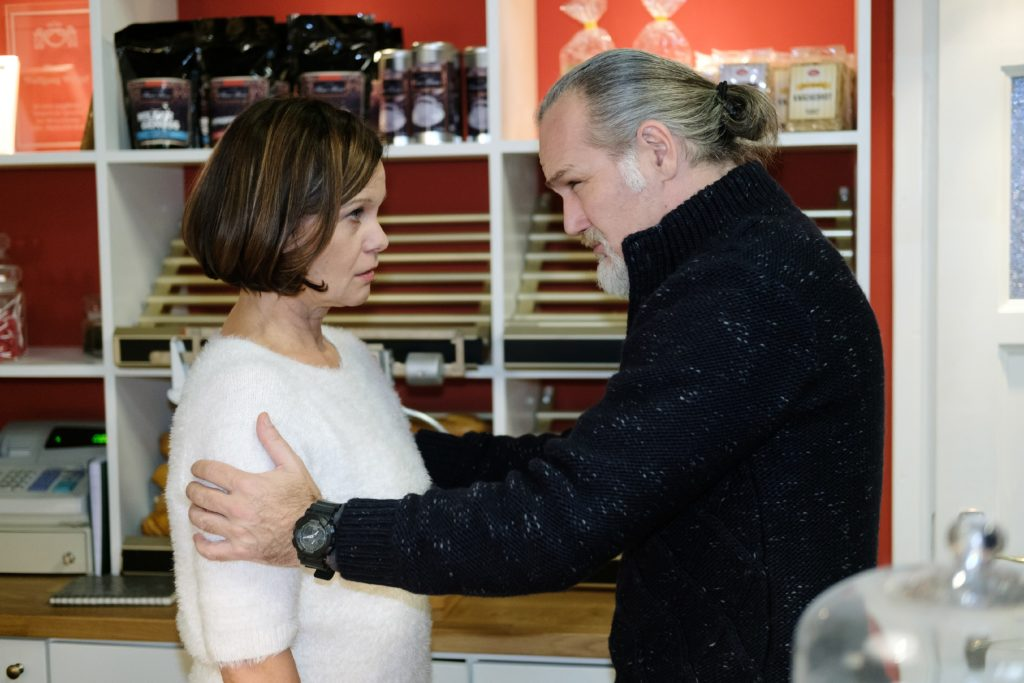 Irene (Petra Blossey) gibt sich vor Robert (Luca Maric) die Schuld an dem Unfall.