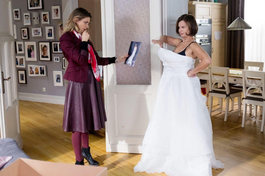 Irene (Petra Blossey, r.) hat ein maßgeschneidertes Hochzeitskleid im Netz bestellt, doch leider erweist sich ihr Traumkleid als schlecht sitzender Alptraum, wie auch Eva (Claudelle Deckert) feststellen muss.