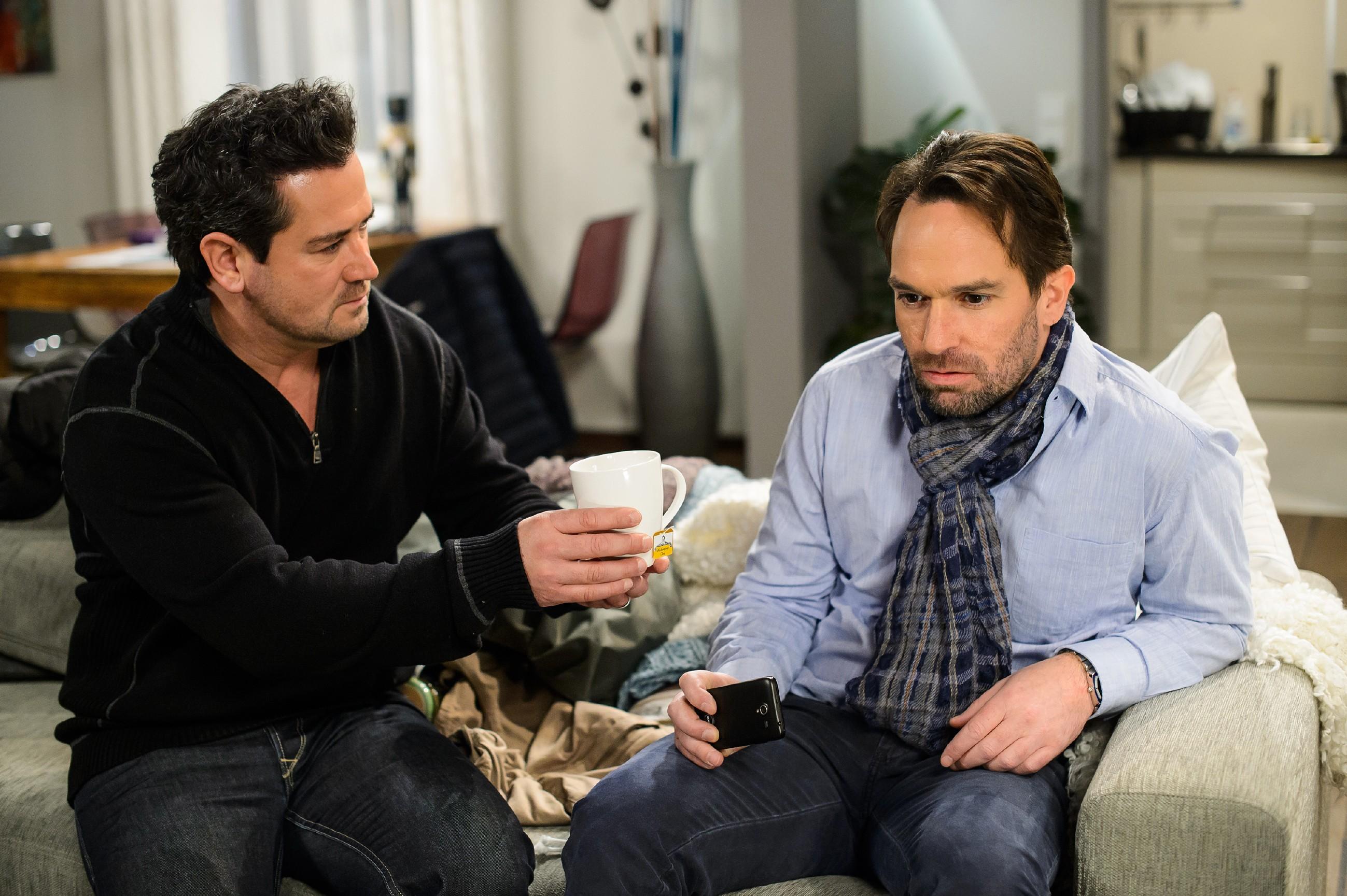 Als Thomas (Daniel Brockhaus, r.) sich verzweifelt fragt, ob sein Sohn tot ist, weist Marian (Sam Eisenstein) diese Vermutung entschieden zurück.(Quelle: RTL / Willi Weber)