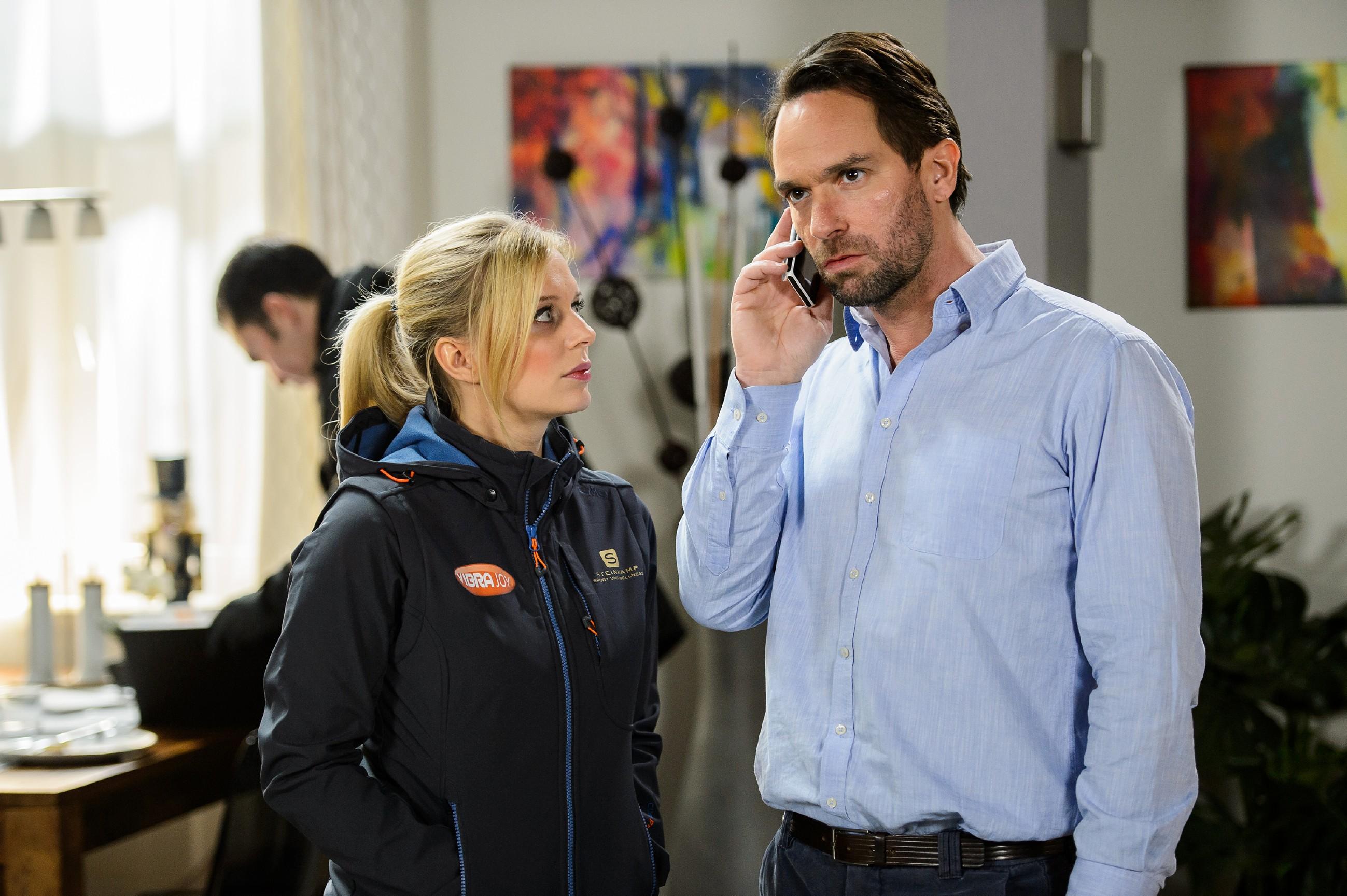 Thomas (Daniel Brockhaus) reagiert sauer auf Leos Flucht und versucht, ihn auf dem Handy zu erreichen. Lena (Juliette Greco) hört angespannt mit, doch leider erreicht Thomas nur die Mailbox...(Quelle: RTL / Willi Weber)