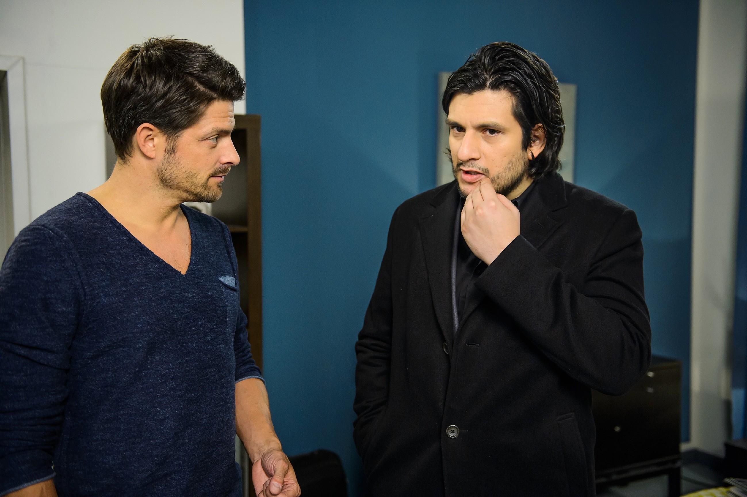 Maximilian (Francisco Medina, r.) stellt zufrieden fest, dass Vincent (Daniel Buder) mächtig unter Druck steht.(Quelle: RTL / Willi Weber)