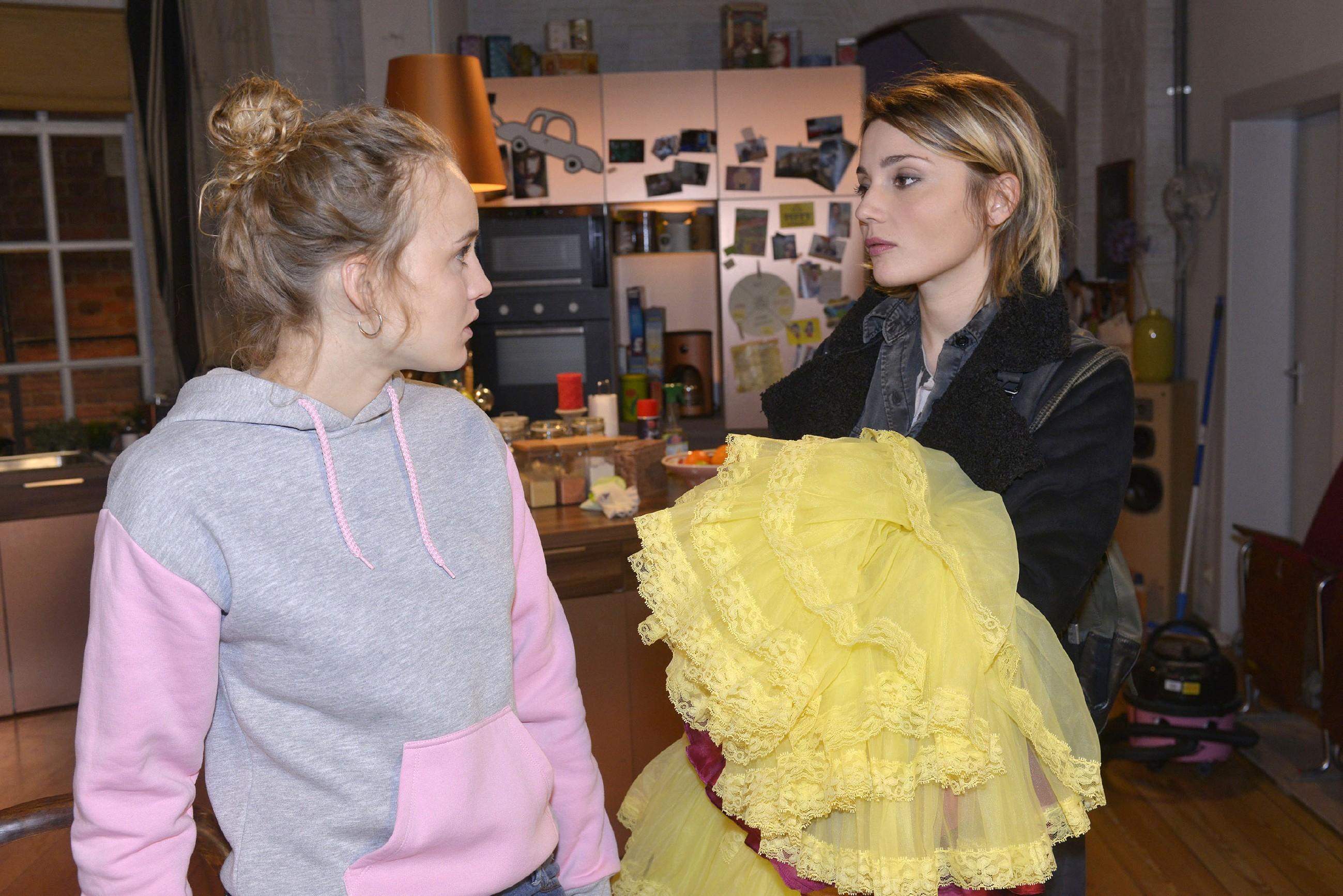Jule (Luise von Finckh, l.) ist ungewollt getroffen, als sie von Anni (Linda Marlen Runge) erfährt, dass Tuner auf Abstand gehen will. (RTL / Rolf Baumgartner)