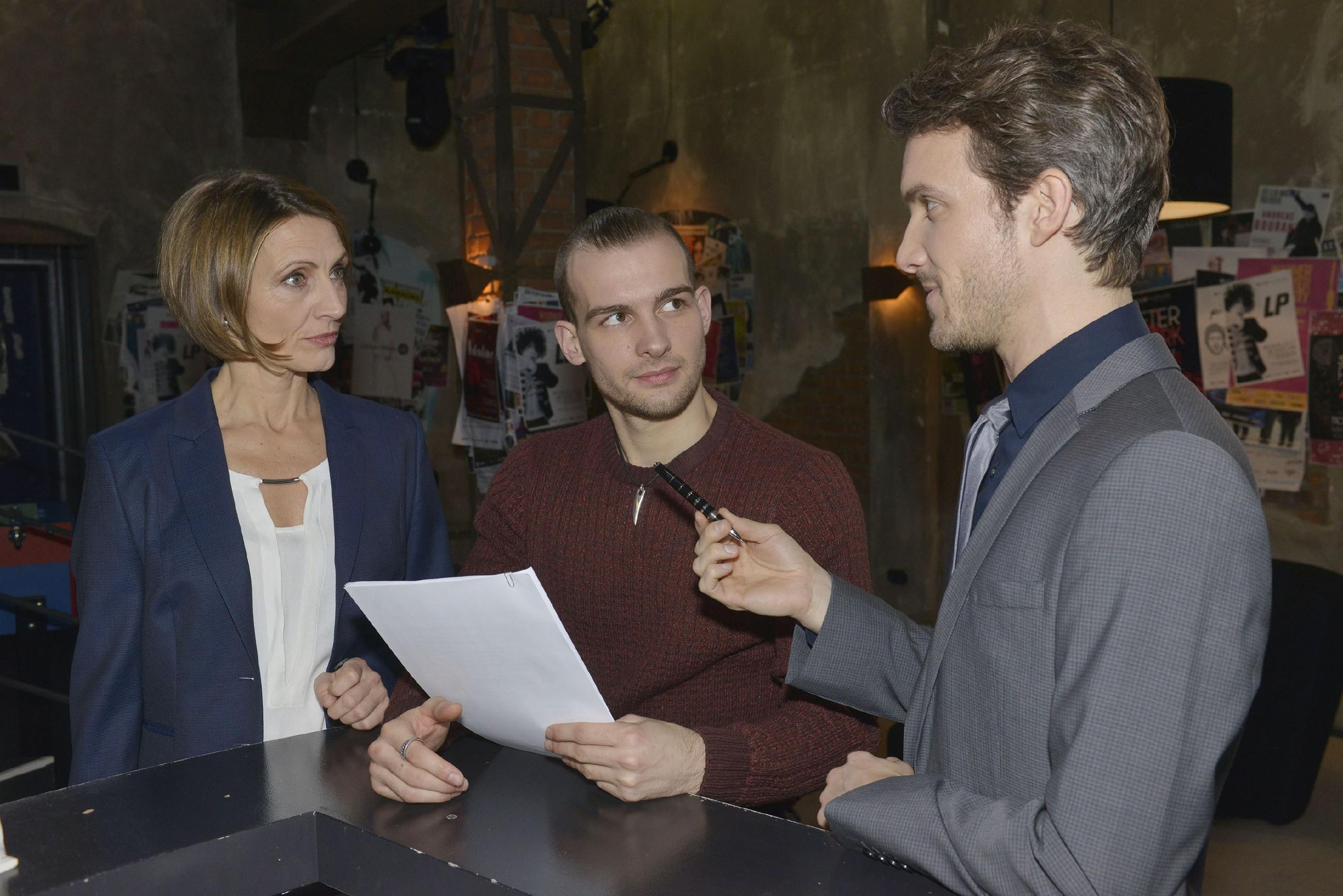 Felix (Thaddäus Meilinger, r.) möchte, dass Chris (Eric Stehfest) in Gegenwart ihrer Mutter Rosa (Joana Schümer) mit der Unterschrift sein Schicksal besiegelt. (RTL / Rolf Baumgartner)