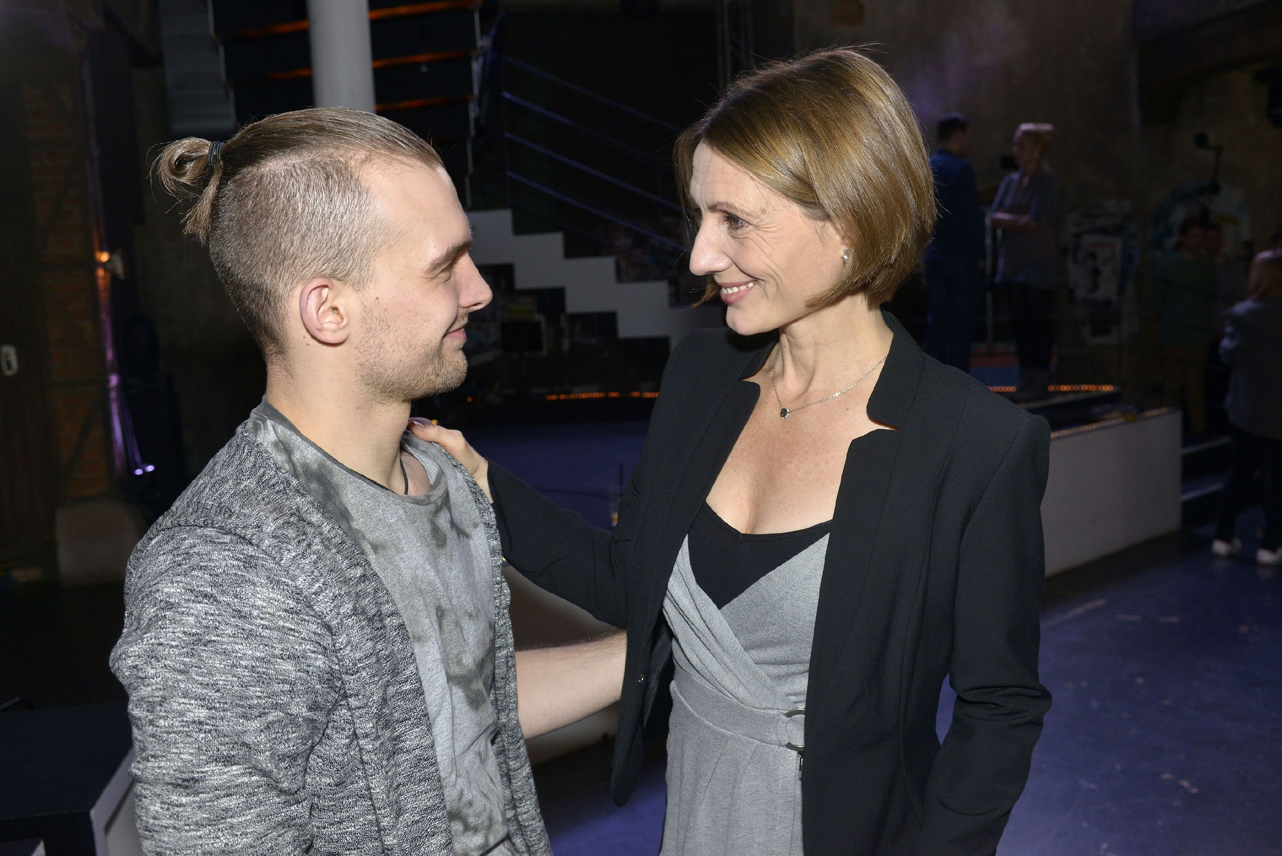 Rosa (Joana Schümer) will Chris' (Eric Stehfest) Projekt weiter fördern und bietet an, ein geeignetes Grundstück zu kaufen. (RTL / Rolf Baumgartner)