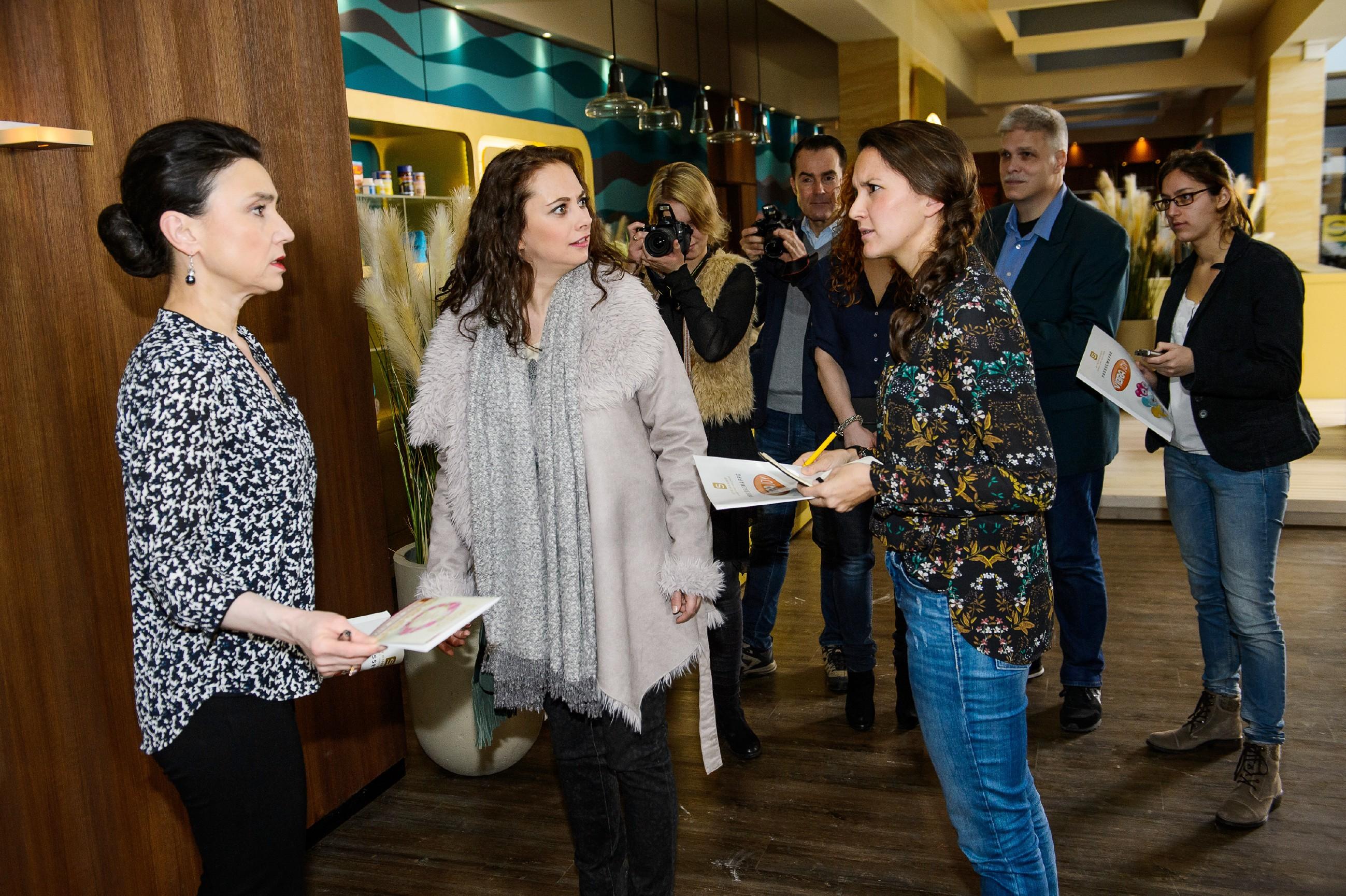 Der Konflikt zwischen Simone (Tatjana Clasing, l.) und Carmen (Heike Warmuth, 2.v.l.) ist für die anwesende Presse ein gefundenes Fressen... (Quelle: RTL / Willi Weber)