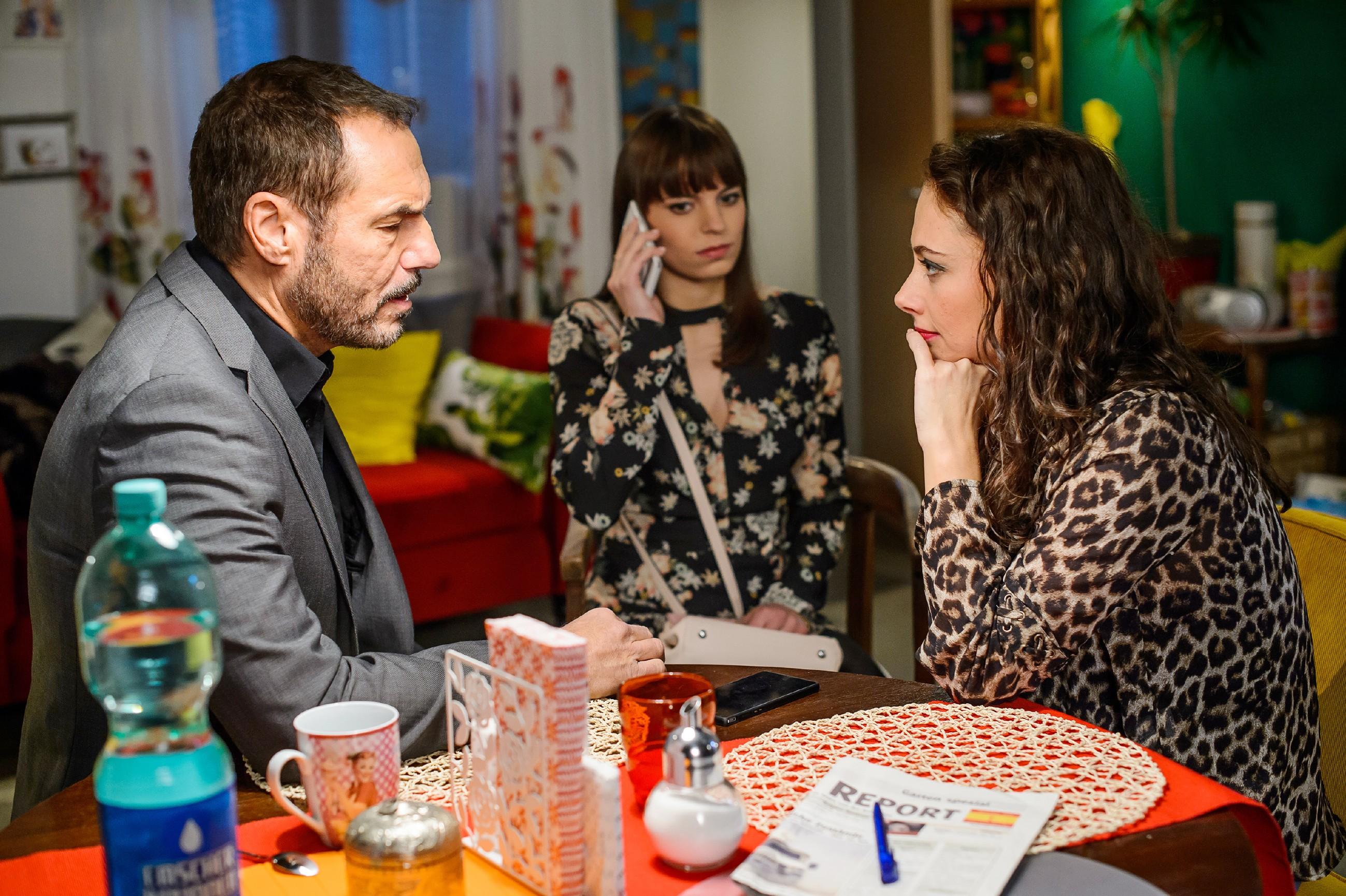 Richard (Silvan-Pierre Leirich) ist bei Michelle (Franziska Benz, M.) und Carmen (Heike Warmuth) und erfährt angefressen, dass Simone sich hinter seinem Rücken mit Vincent trifft. (Quelle: RTL / Willi Weber)