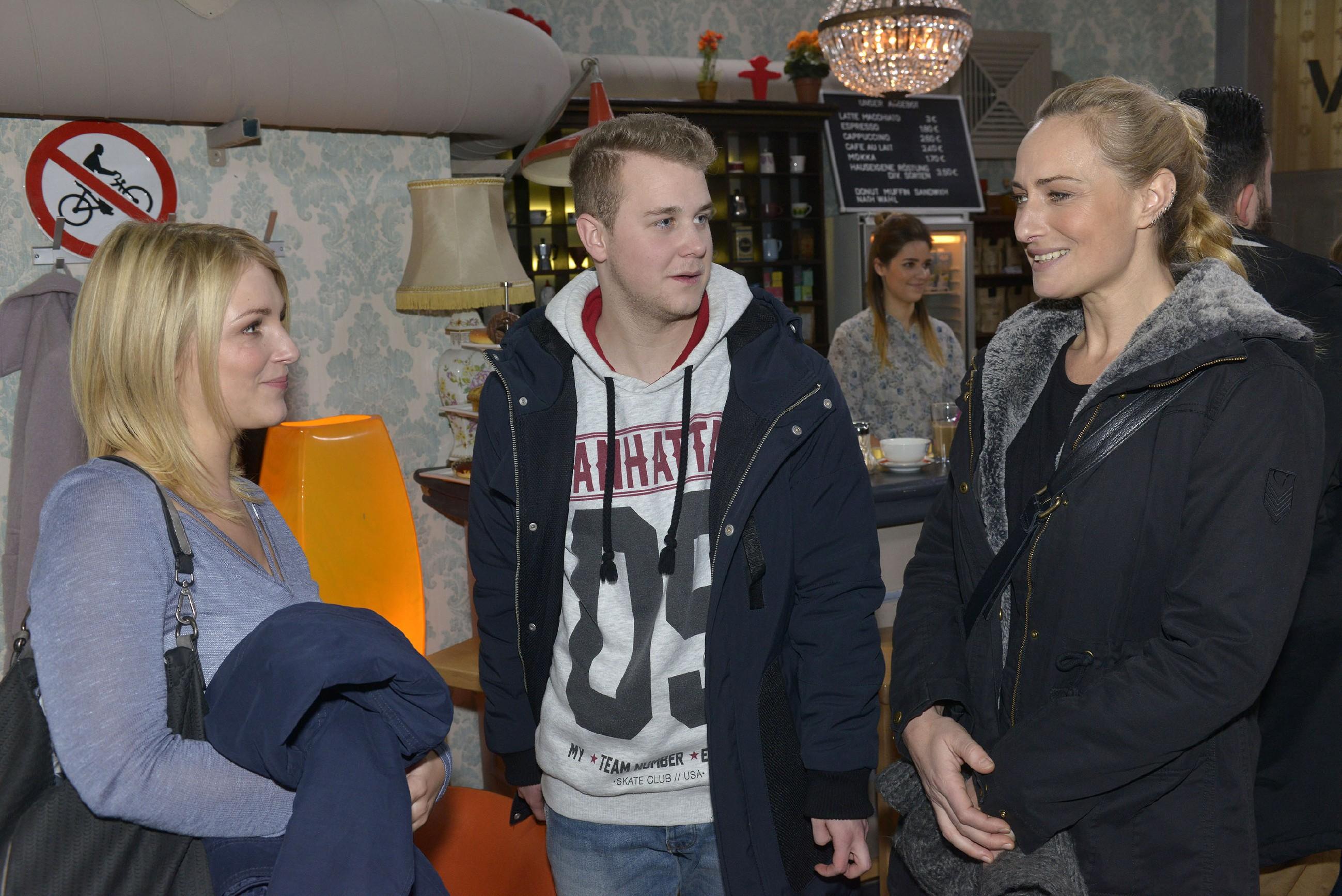 Jonas (Felix van Deventer) wird in Gegenwart von Lilly (Iris Mareike Steen, l.) und Maren (Eva Mona Rodekirchen) von seinem schlechten Gewissen geplagt. (Quelle: RTL / Rolf Baumgartner)