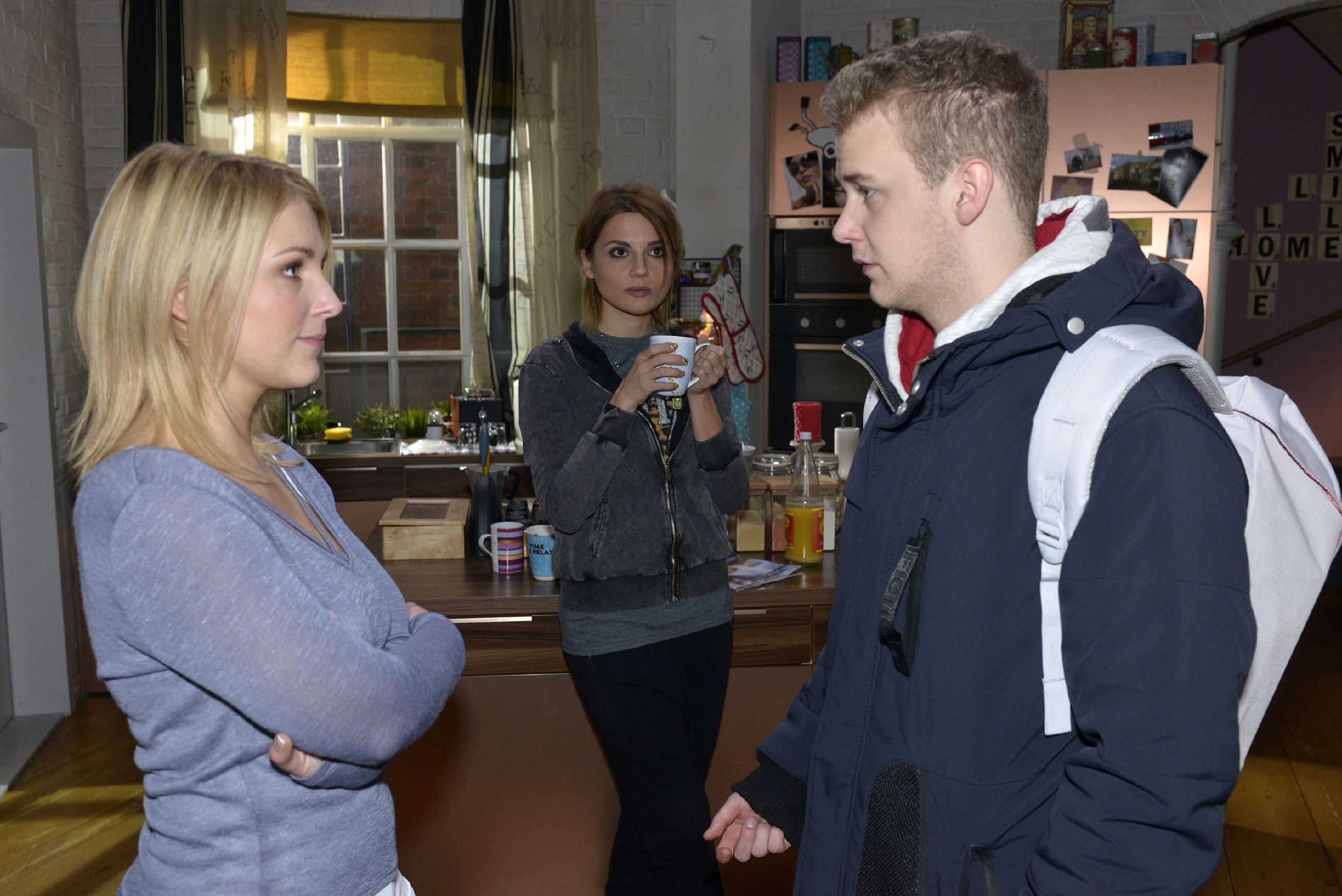 Lilly (Iris Mareike Steen, l.) weigert sich im Beisein von Anni (Linda Marlen Runge), Jonas (Felix van Deventer) ein gefälschtes Attest zu beschaffen. (Quelle: RTL / Rolf Baumgartner)