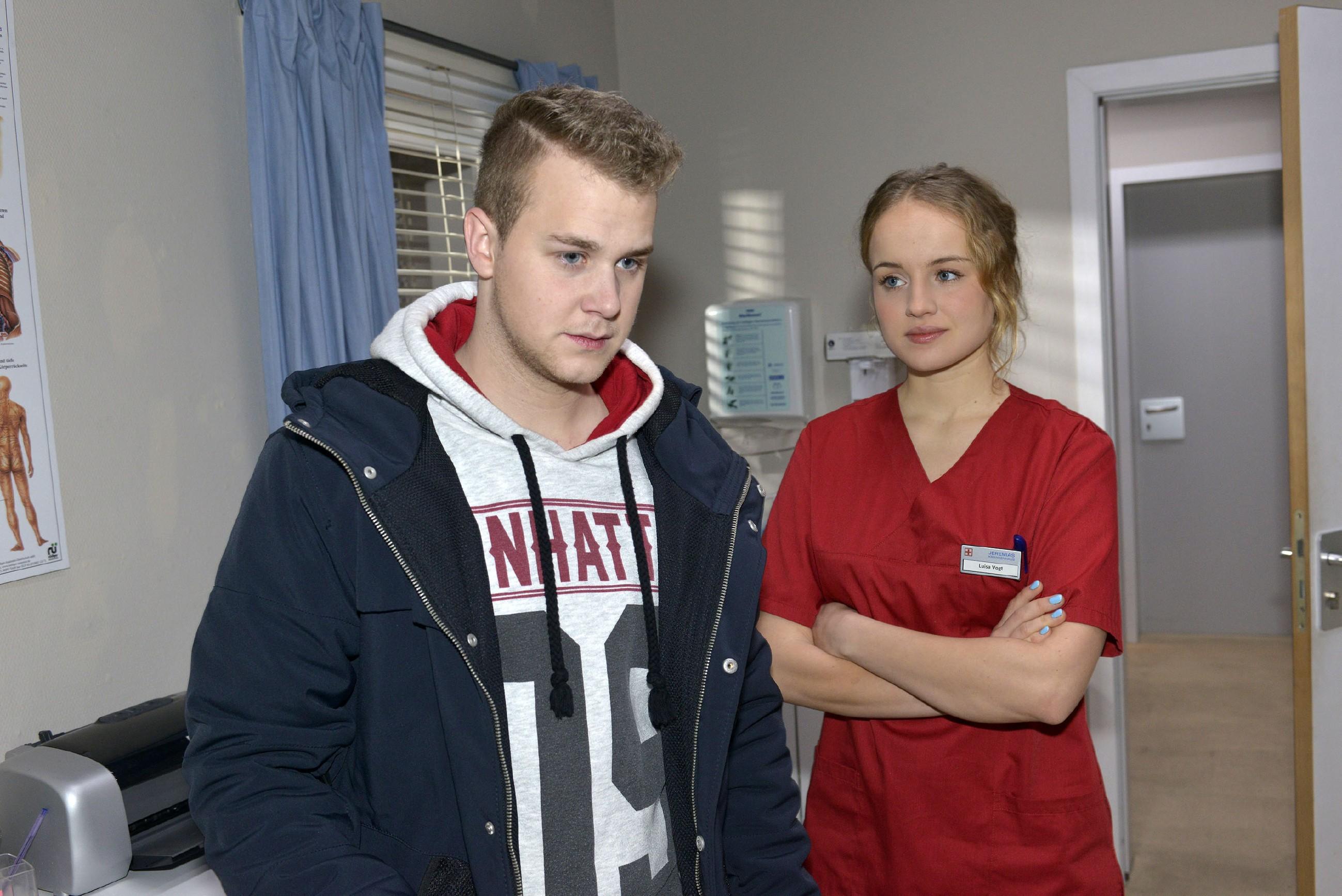 Jonas (Felix van Deventer) wird von Jule (Luise von Finckh) erwischt, als er ein ärztliches Attest klauen will. (Quelle: RTL / Rolf Baumgartner)