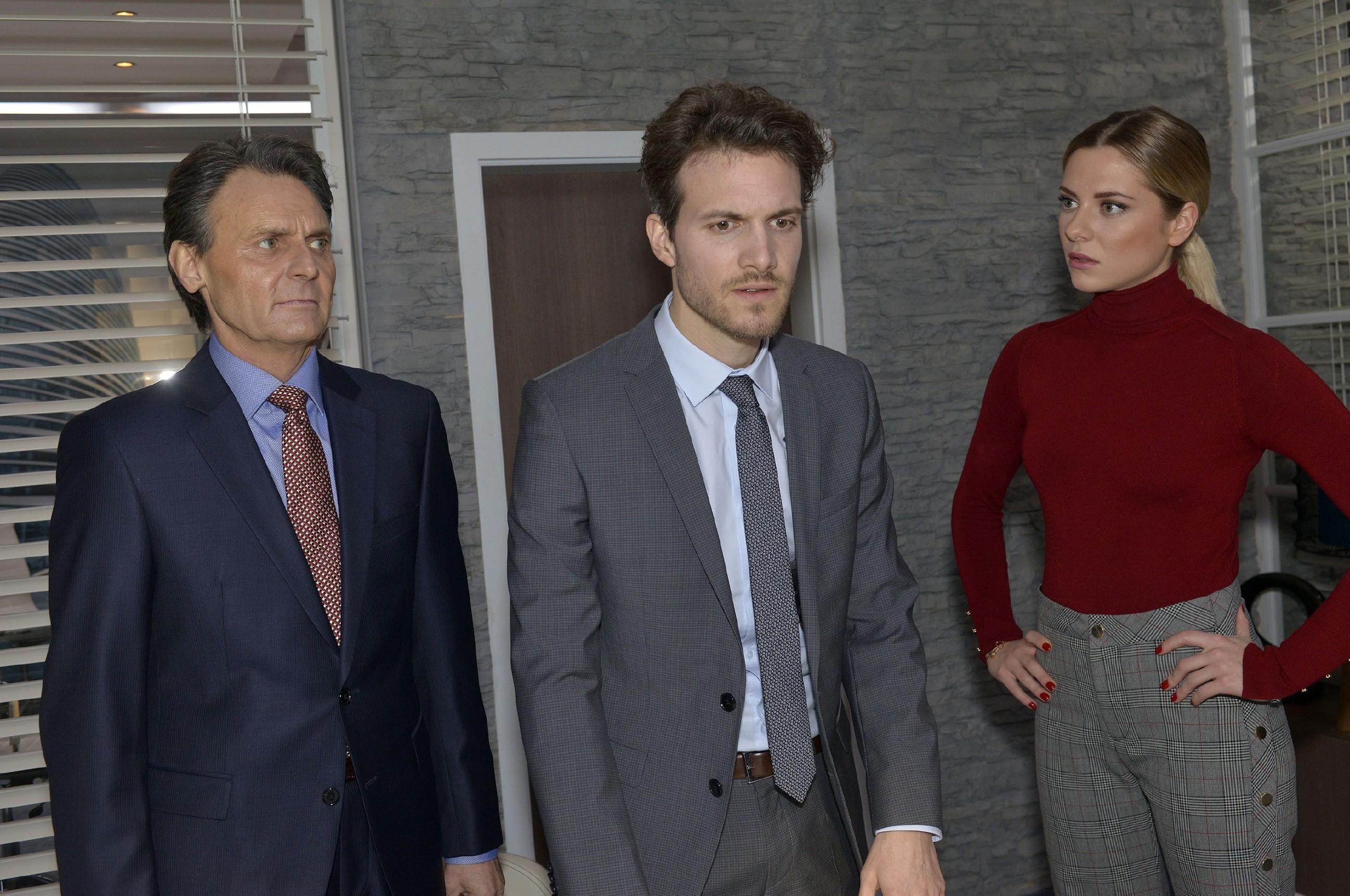Um sich nicht zu verraten, setzt sich Felix (Thaddäus Meilinger, M.) vor Sunny (Valentina Pahde) und Jo Gerner (Wolfgang Bahro) für Chris ein. (Quelle: RTL / Rolf Baumgartner)