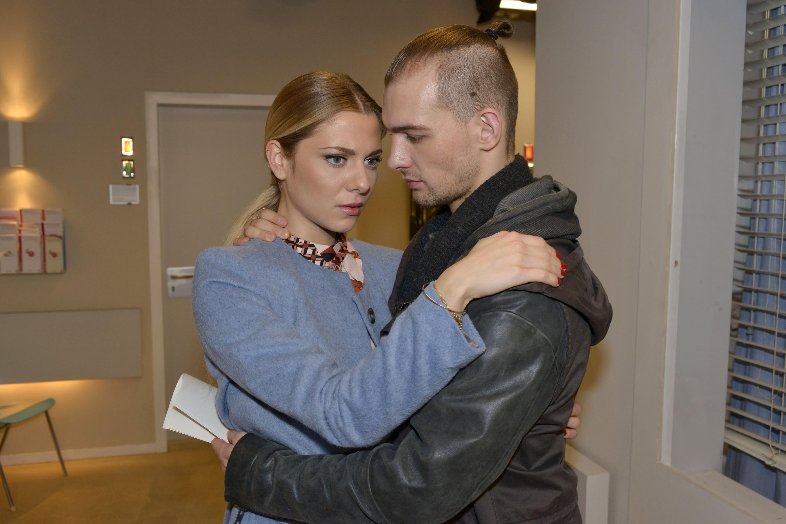 Während sich Sunny (Valentina Pahde) und Chris (Eric Stehfest) um Felix sorgen, hofft dieser, dass alles wie geplant läuft und Chris als Brandverursacher ins Visier der Polizei gerät... (Quelle: RTL / Rolf Baumgartner)