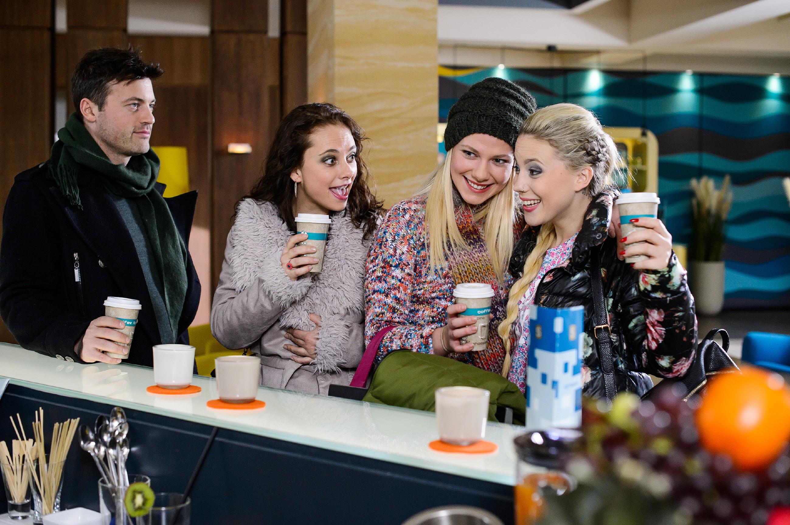 Iva (Christina Klein, r.) feiert mit Ben (Jörg Rohde), Carmen (Heike Warmuth 2.v.l.) und Marie (Cheyenne Pahde), dass ihre Tour in Korea noch größer wird als gedacht. (Quelle: RTL / Willi Weber)