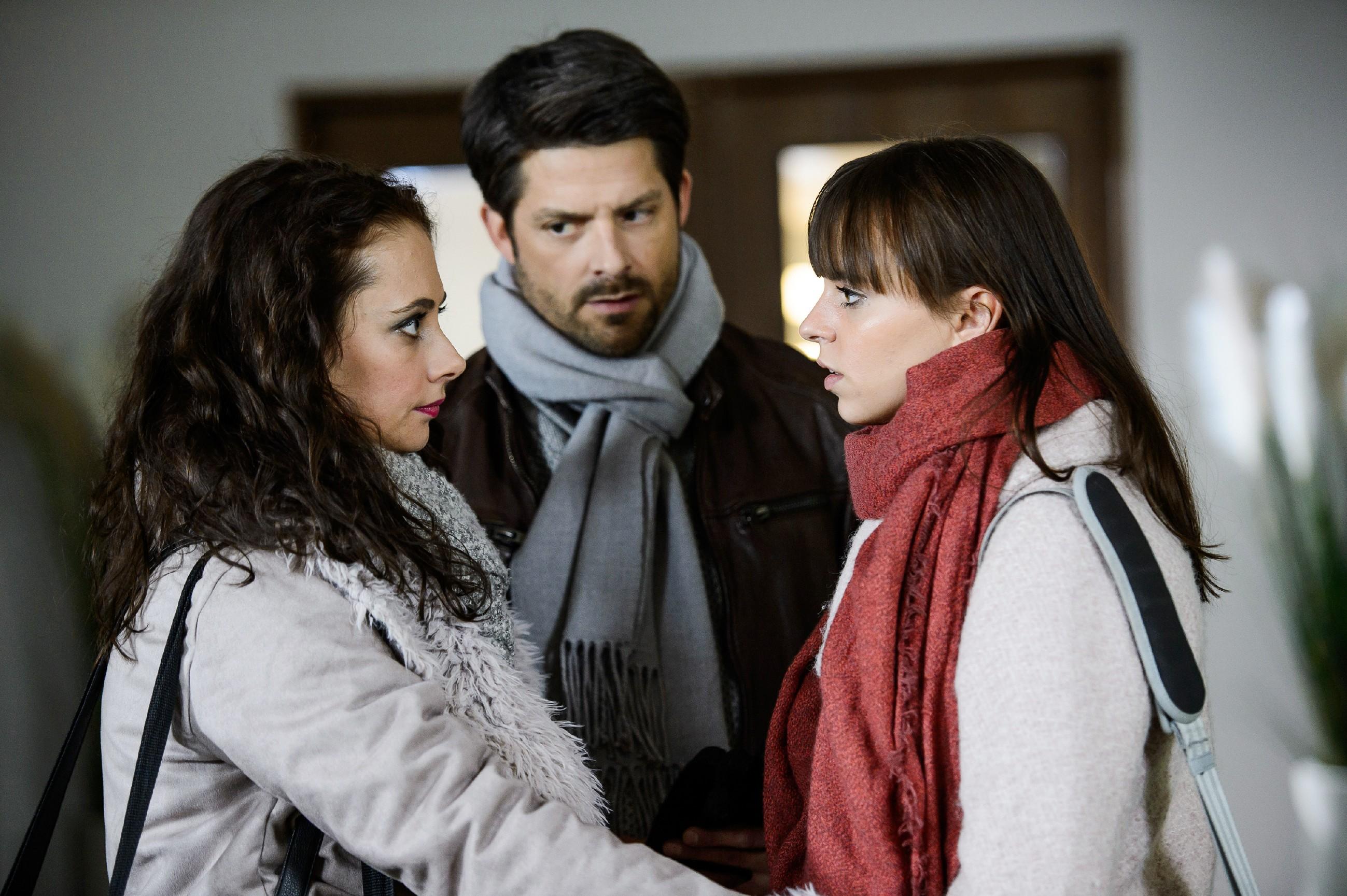 Michelle (Franziska Benz, r.) versucht vergeblich vor Carmen (Heike Warmuth) und Vincent (Daniel Buder) zu verbergen, dass es ihr nicht gut geht. (Quelle: RTL / Willi Weber)