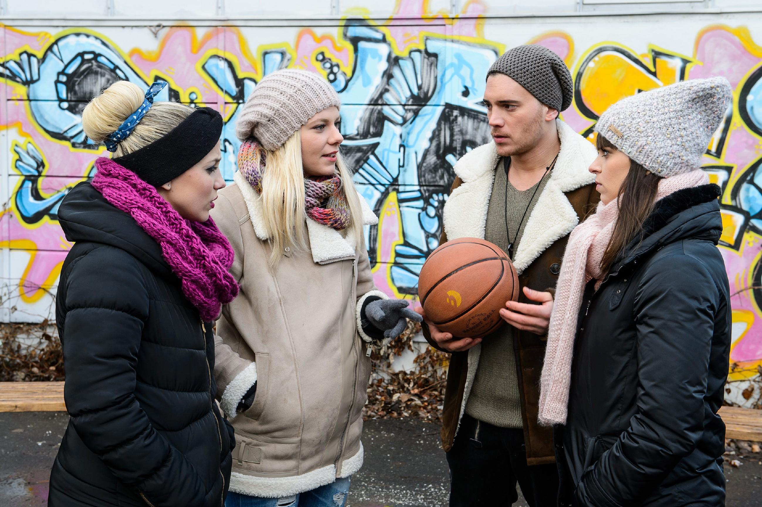 Iva (Christina Klein, l.), Marie (Cheyenne Pahde, 2.v.l.), Ronny (Bela Klentze) und Michelle (Franziska Benz) beschließen, eine Art Mahnwache für Leo zu halten. (Quelle: RTL / Willi Weber)