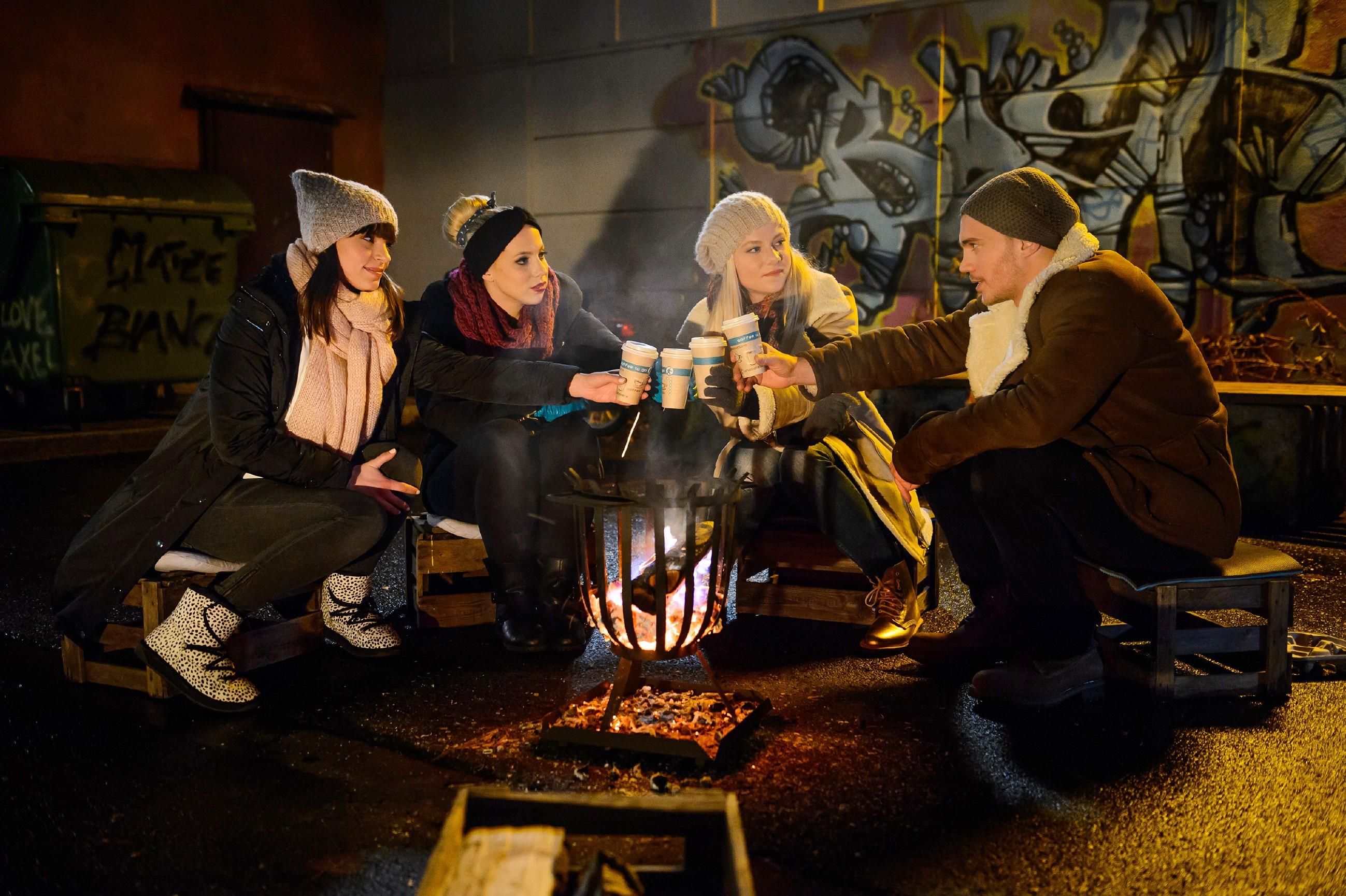 Während ihrer Mahnwache für Leo offenbart Michelle (Franziska Benz, l.) Iva (Christina Klein, 2.v.l.), Marie (Cheyenne Pahde) und Ronny (Bela Klentze) ihre Sehnsucht nach dem Eis. (Quelle: RTL / Willi Weber)
