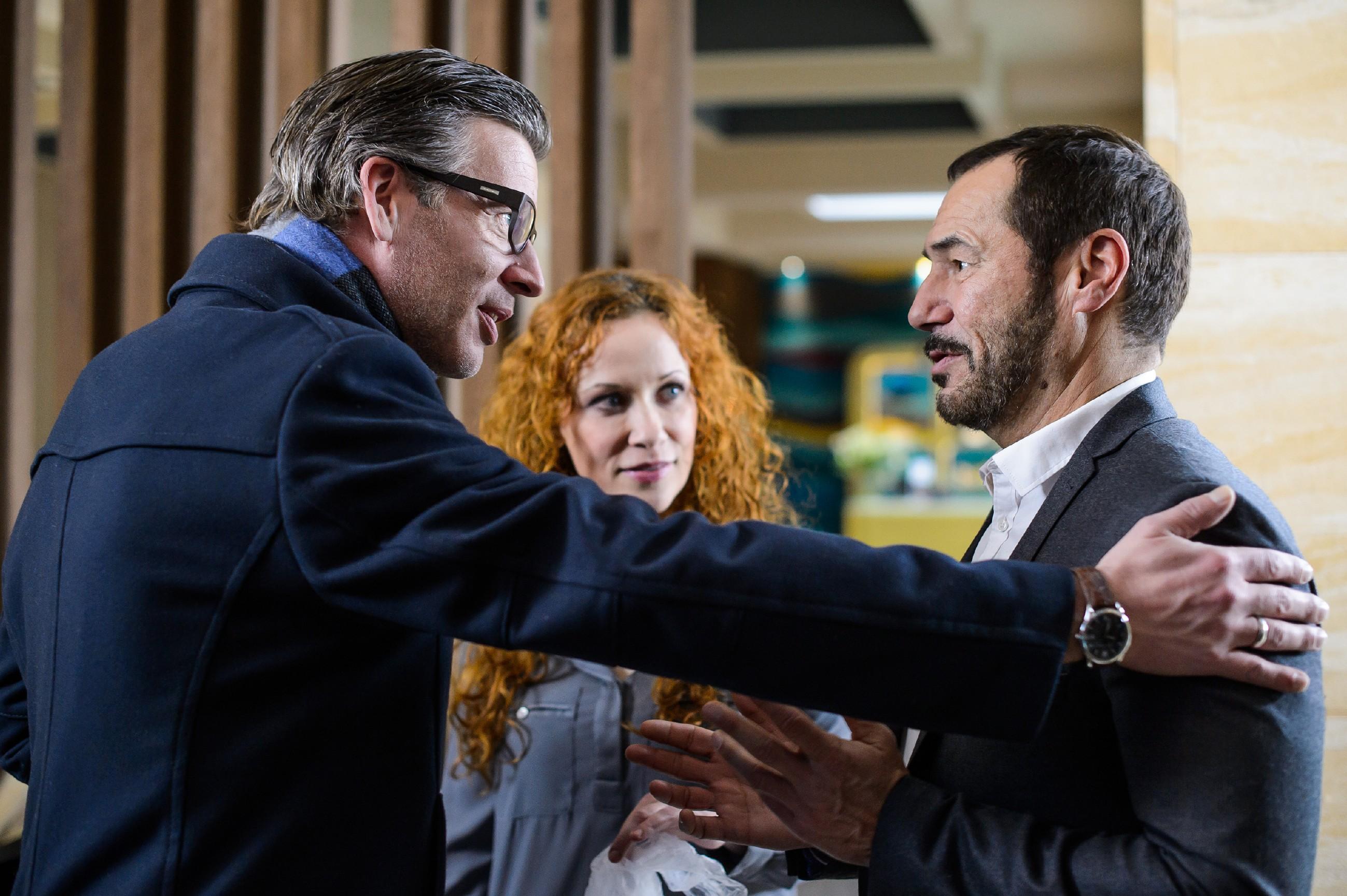 Richard (Silvan-Pierre Leirich, r.) hofft, bei der Aussprache mit Simone verlorenes Vertrauen zurückzugewinnen und wird von Christoph (Lars Korten) und Brigitte (Madlen Kaniuth) bestärkt. (Quelle: RTL / Willi Weber)