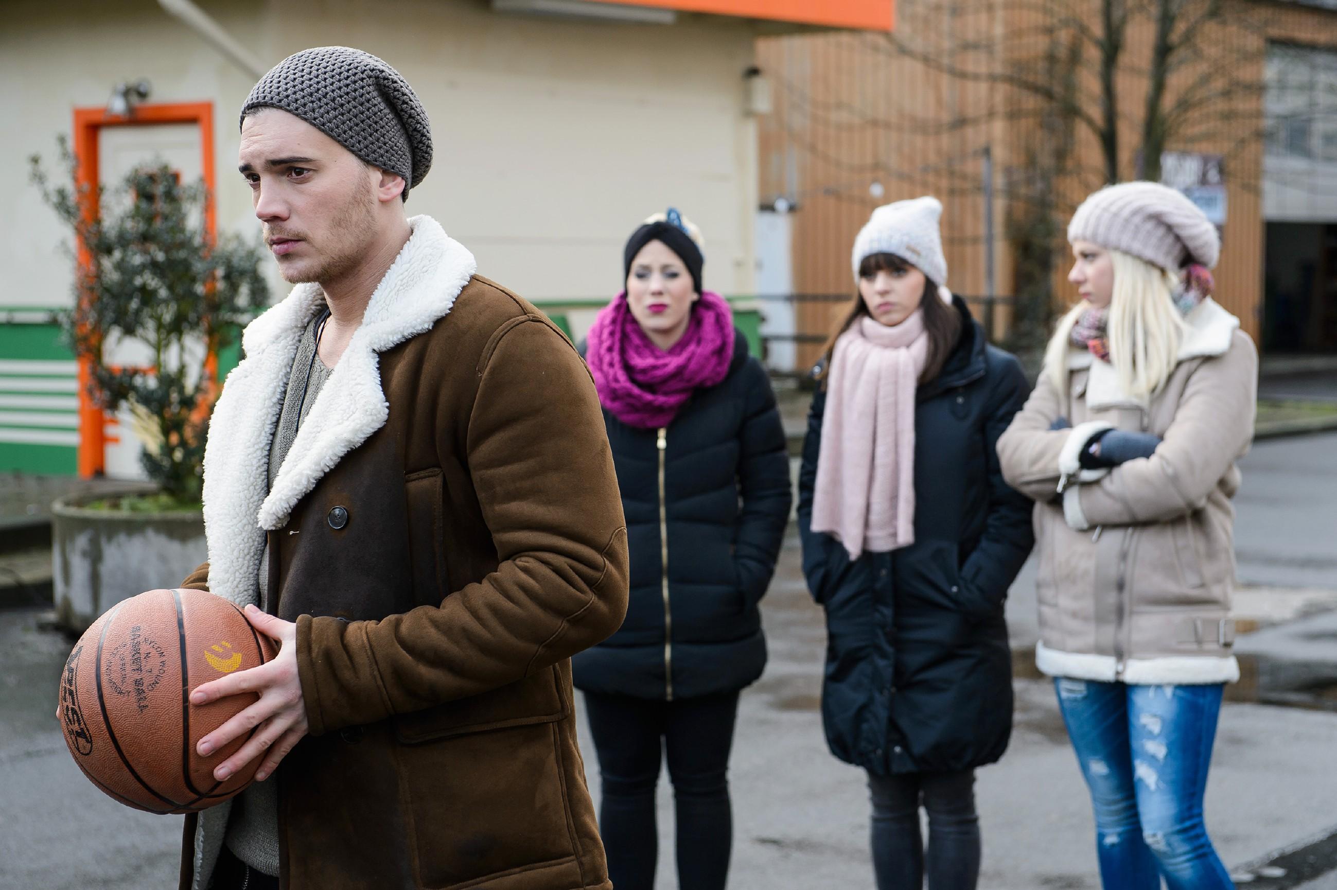 Ronny (Bela Klentze), Iva (Christina Klein, 2.v.l.), Michelle (Franziska Benz, 2.v.r.) und Marie (Cheyenne Pahde) sind in ihrer Trauer um Leo vereint. (Quelle: RTL / Willi Weber)