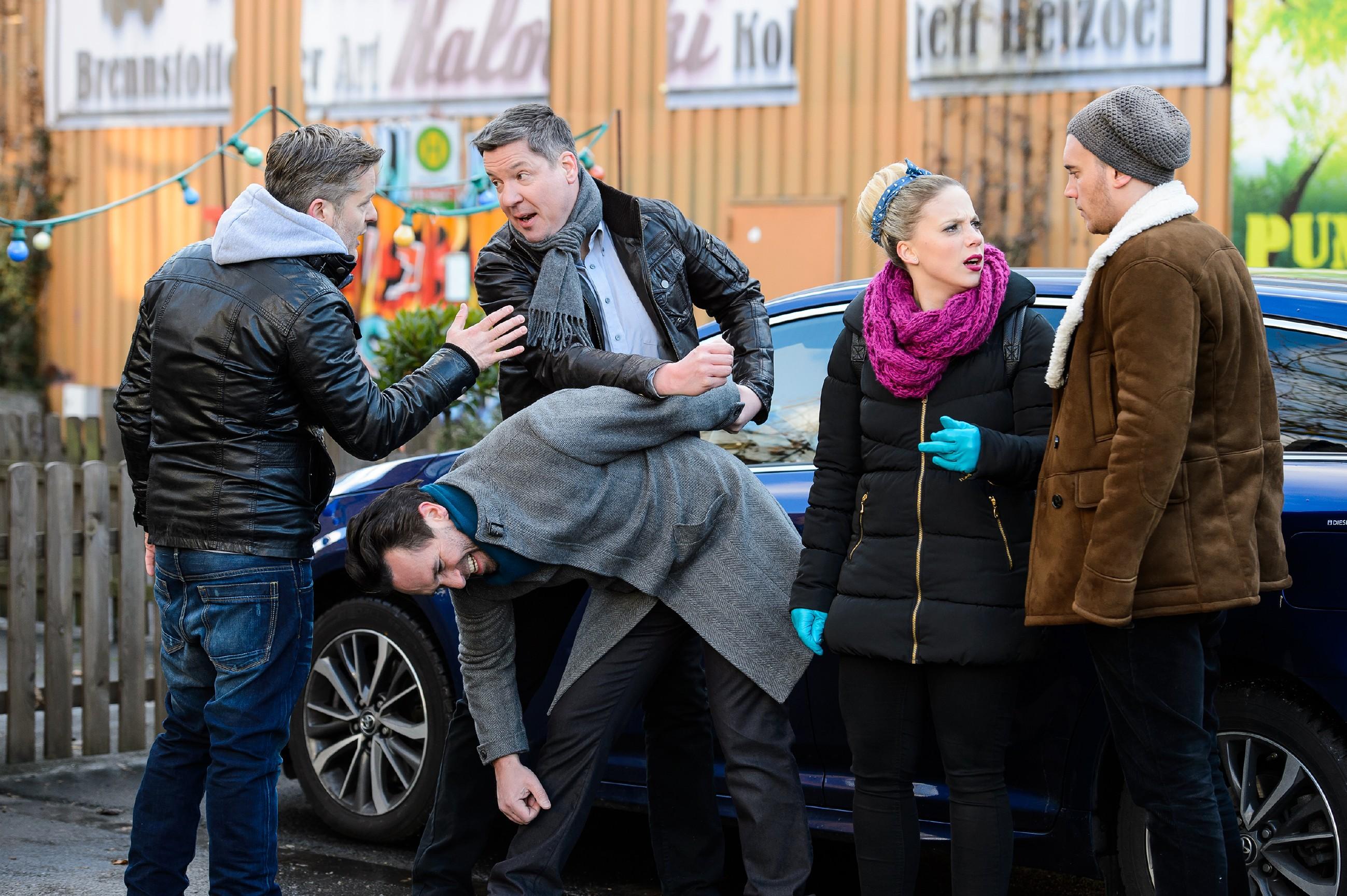 Thomas (Daniel Brockhaus, 2.v.l.) verliert die Fassung, als Hohnert (Markus Haase, M.) ihn auffordert, sich mit Leos Tod abzufinden. Doch Hohnert kann Thomas packen und fordert ihn auf, sich zu beruhigen, während Ingo (André Dietz, l.), Iva (Christina Klein) und Ronny (Bela Klentze) auf den Kommissar einreden, dass Leo nicht tot sein kann. (Quelle: RTL / Willi Weber)
