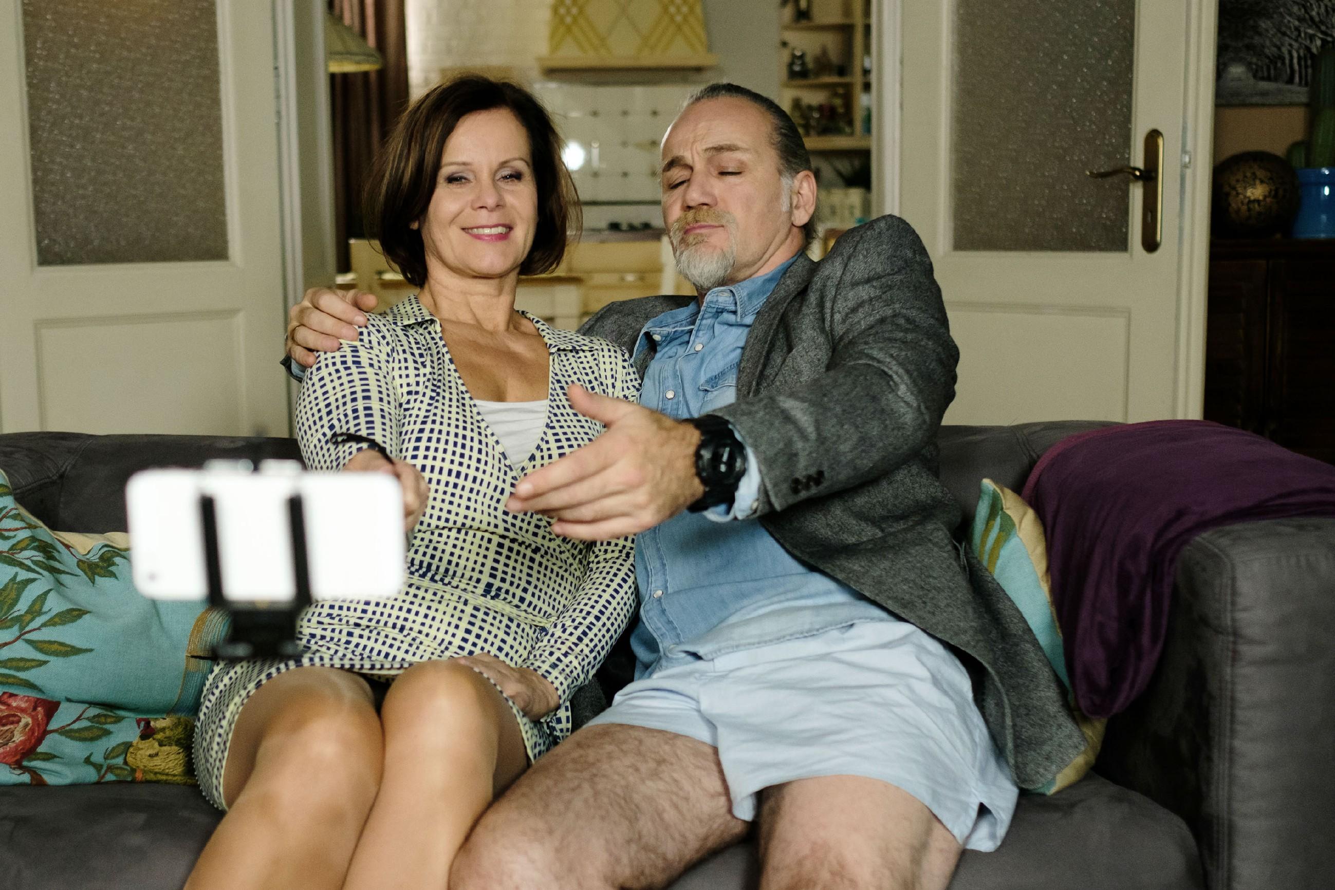Irene (Petra Blossey) und Robert (Luca Maric) kommen bei dem Shooting, dessen Ergebnis eigentlich für ihre Danksagungskarten gedacht ist, auf den Geschmack... (Quelle: RTL / Stefan Behrens)