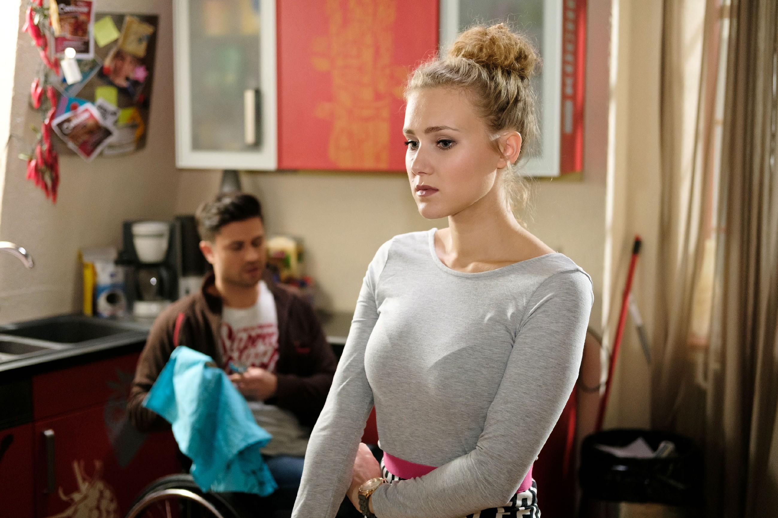 KayC (Pauline Angert) wird entsetzt klar, dass sie sich in Paco (Milos Vukovic) verliebt hat... (Quelle: RTL / Stefan Behrens)