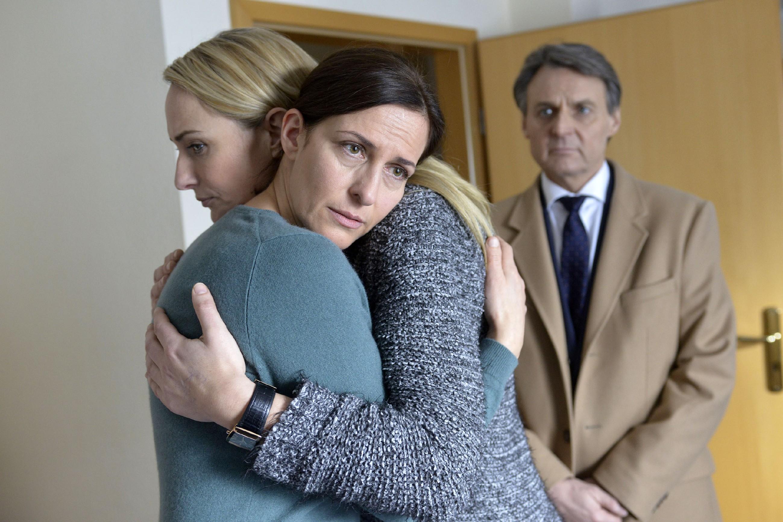Maren (Eva Mona Rodekirchen, l.) und Gerner (Wolfgang Bahro) finden die benommene Katrin (Ulrike Frank) in ihrem Hotelzimmer in Schweden vor und wollen sie zurück nach Berlin bringen. (Quelle: RTL / Rolf Baumgartner)