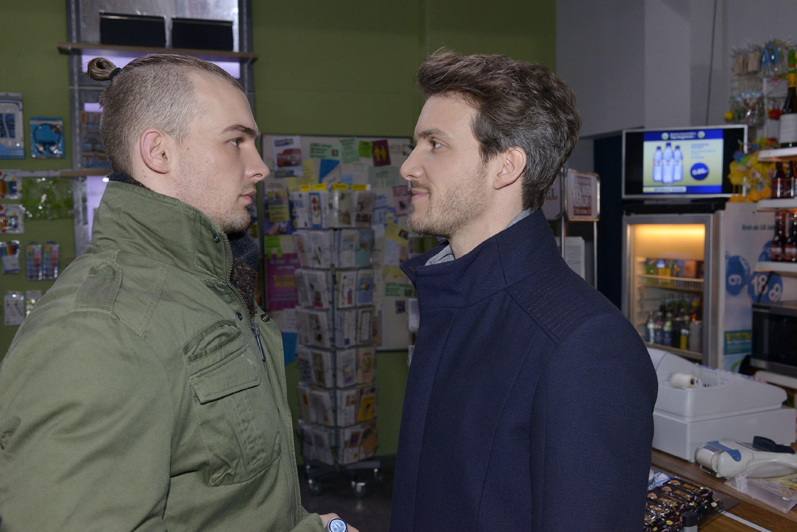 Chris (Eric Stehfest, l.) kann nicht glauben, dass sein Bruder Felix (Thaddäus Meilinger) ihn wirklich in den Knast bringen will. (Quelle: RTL / Rolf Baumgartner)