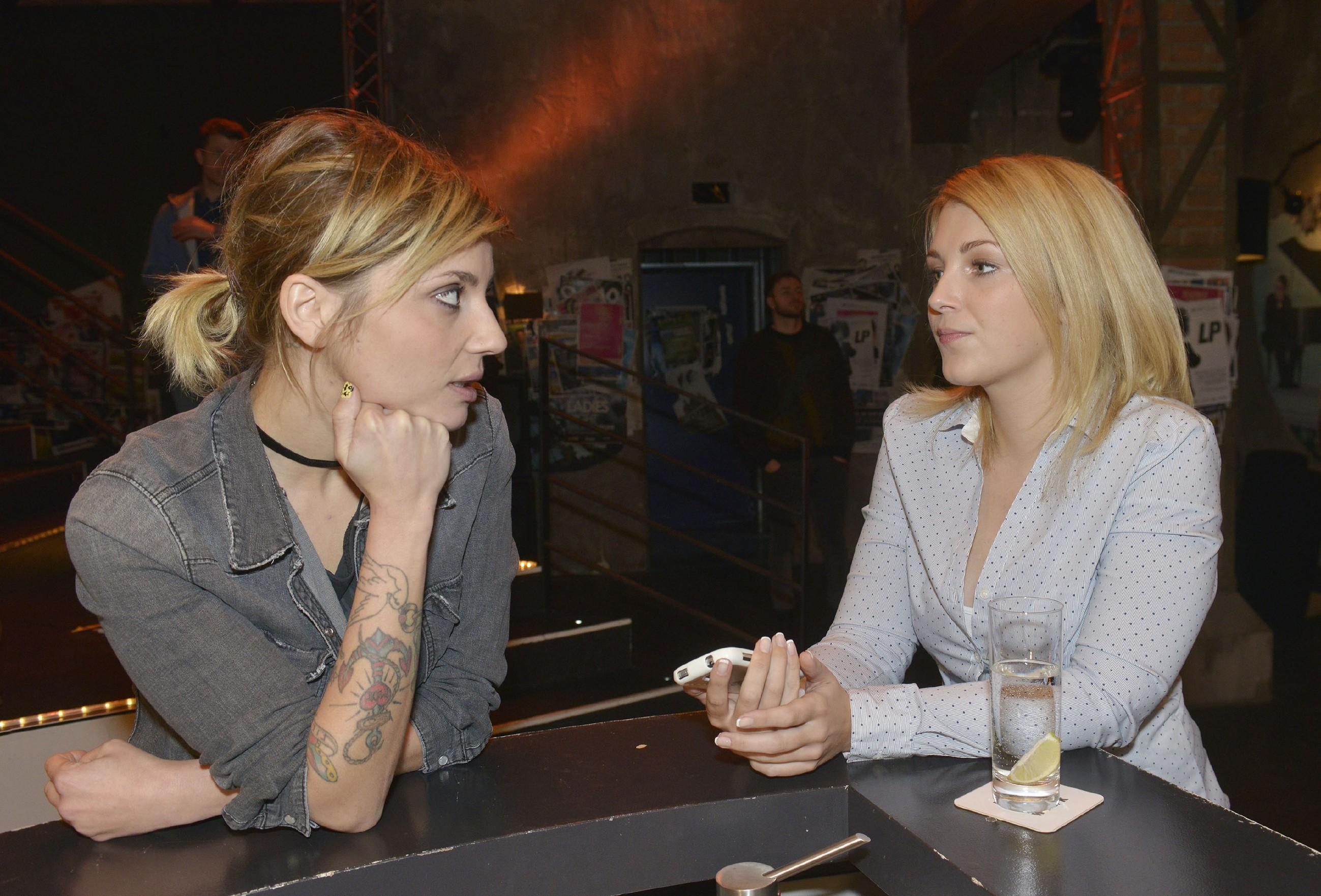Lilly (Iris Mareike Steen, r.) erzählt Anni (Linda Marlen Runge), dass sie von John vermeintliche Liebesbotschaften bekommt. (Quelle: RTL / Rolf Baumgartner)