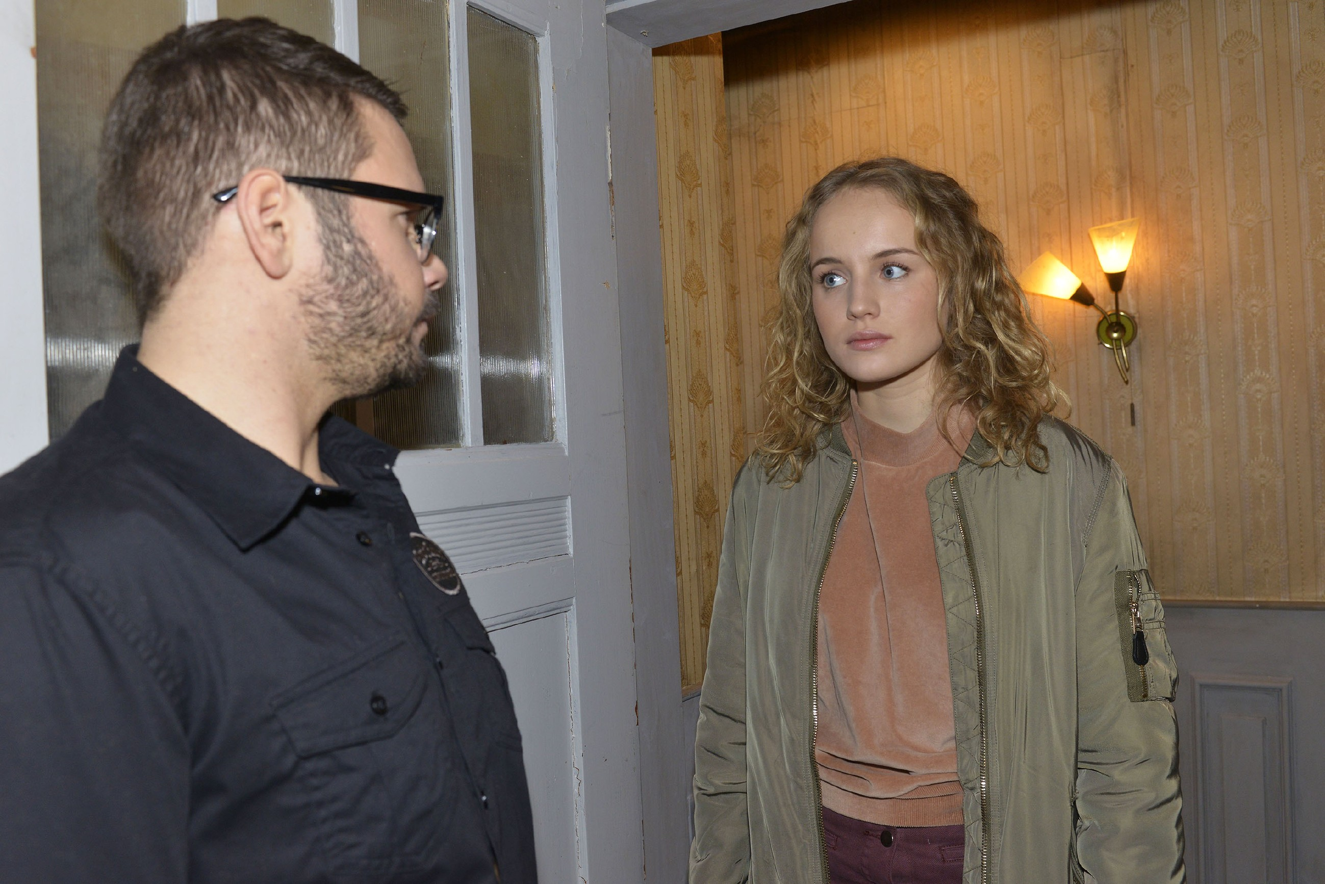Jule (Luise von Finckh) taucht bei Tuner (Thomas Drechsel) auf, um ihm die Meinung zu sagen - woraufhin Tuner ihr klarmacht, dass sie für ihn zu unreif ist... (Quelle: RTL / Rolf Baumgartner)